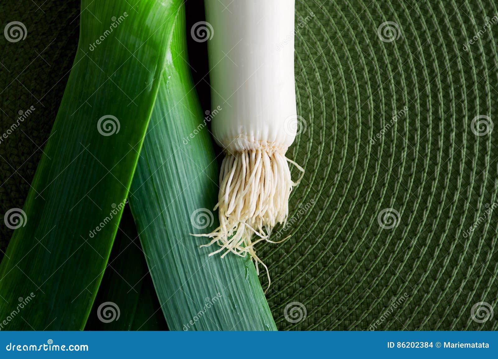 Лук-порей над зеленым цветом