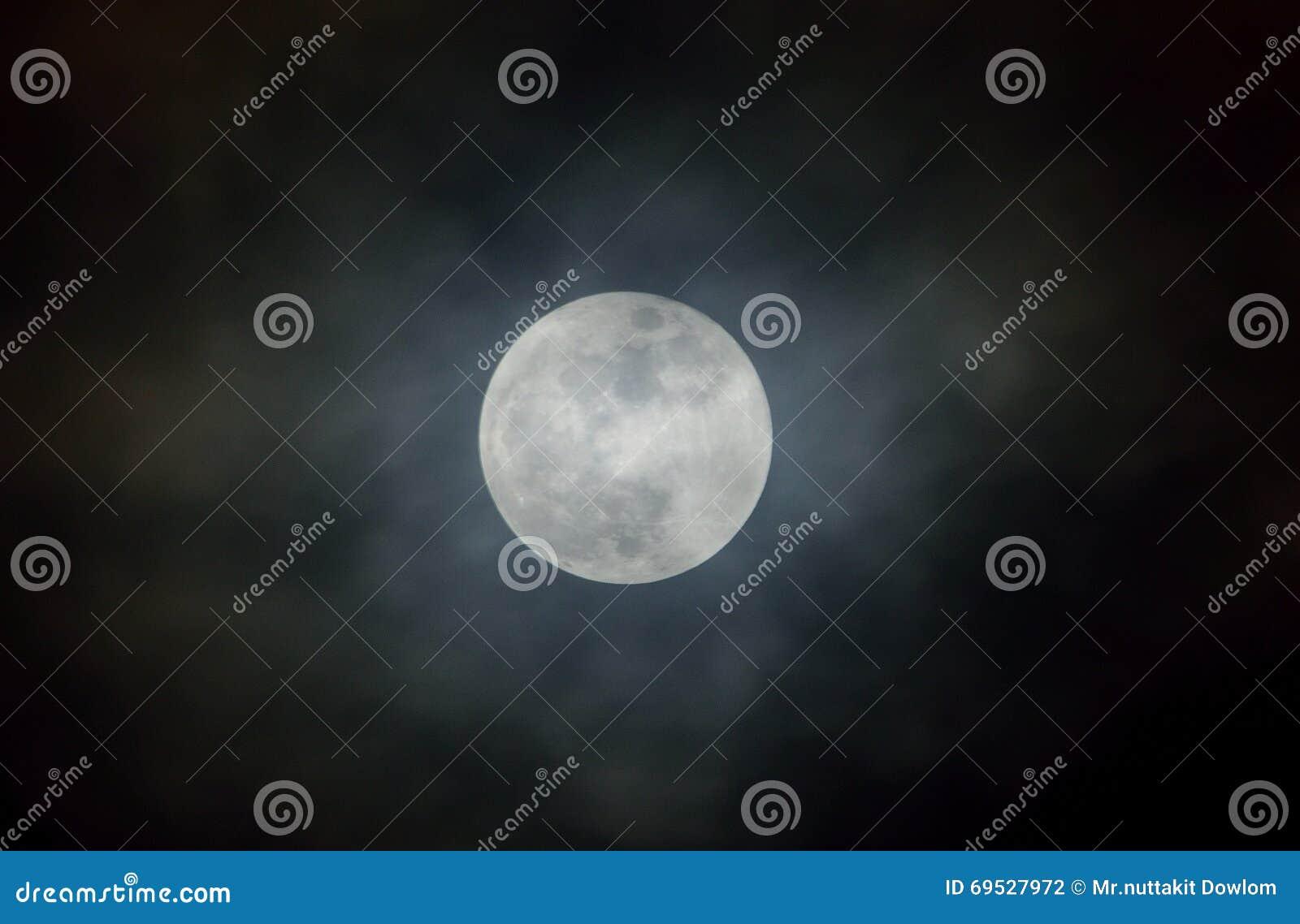 увеличил фото, как сфотографировать луну в темноте самого края тогда