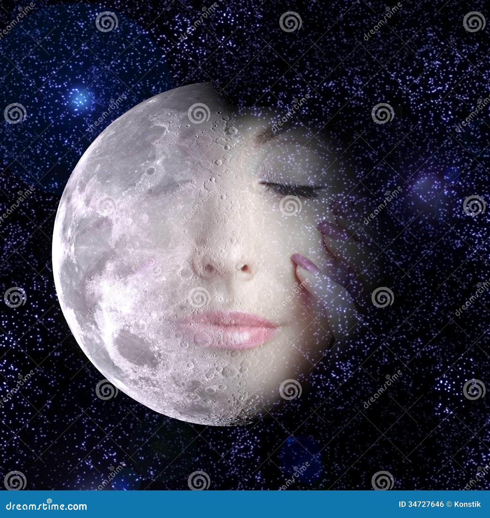 Луна поворачивает в сторону женщины в ночном небе.