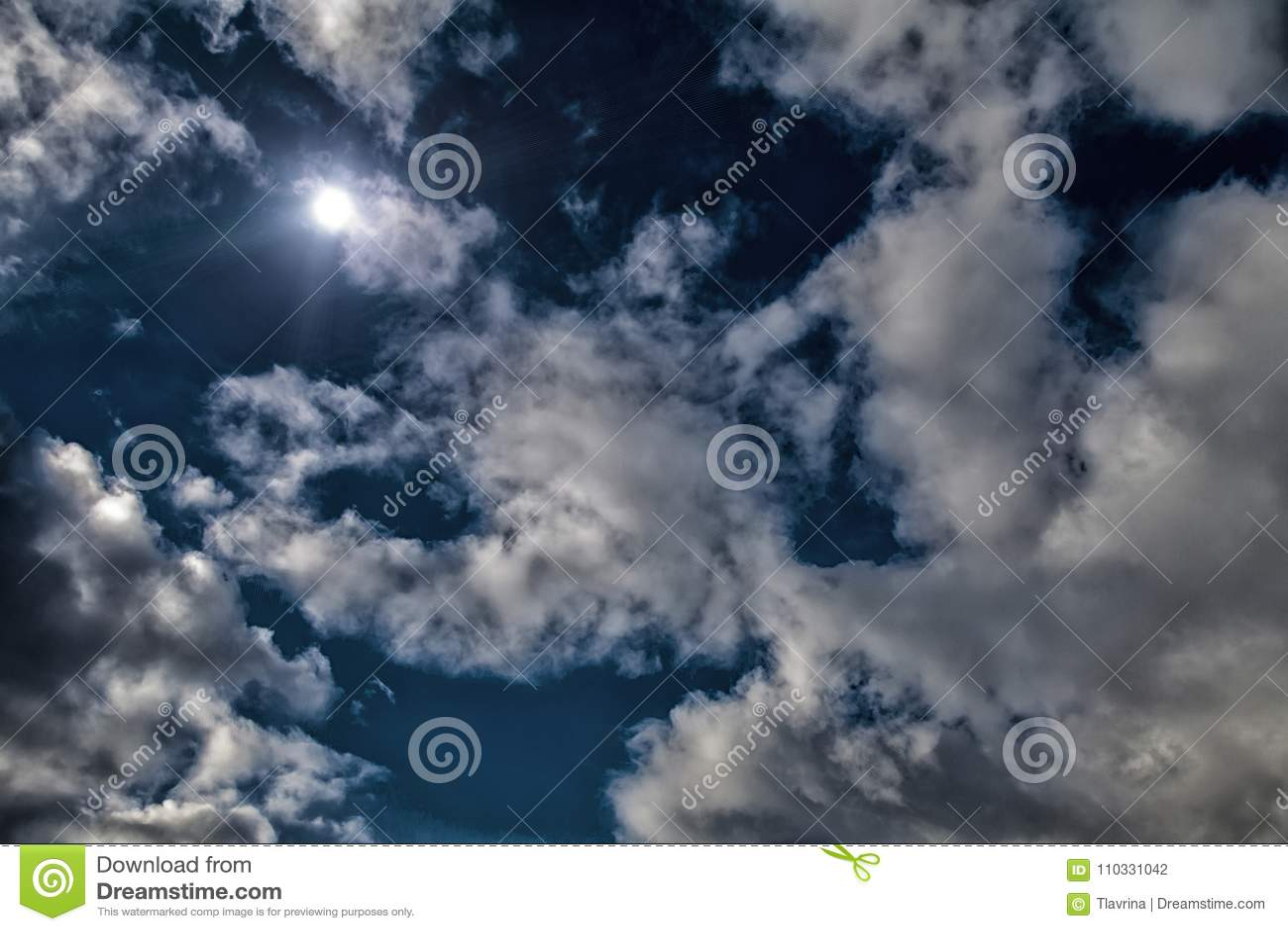Лунного света неба полнолуния белизна голубого неба драматического полуночная заволакивает яркая предпосылка солнца Обрабатывать