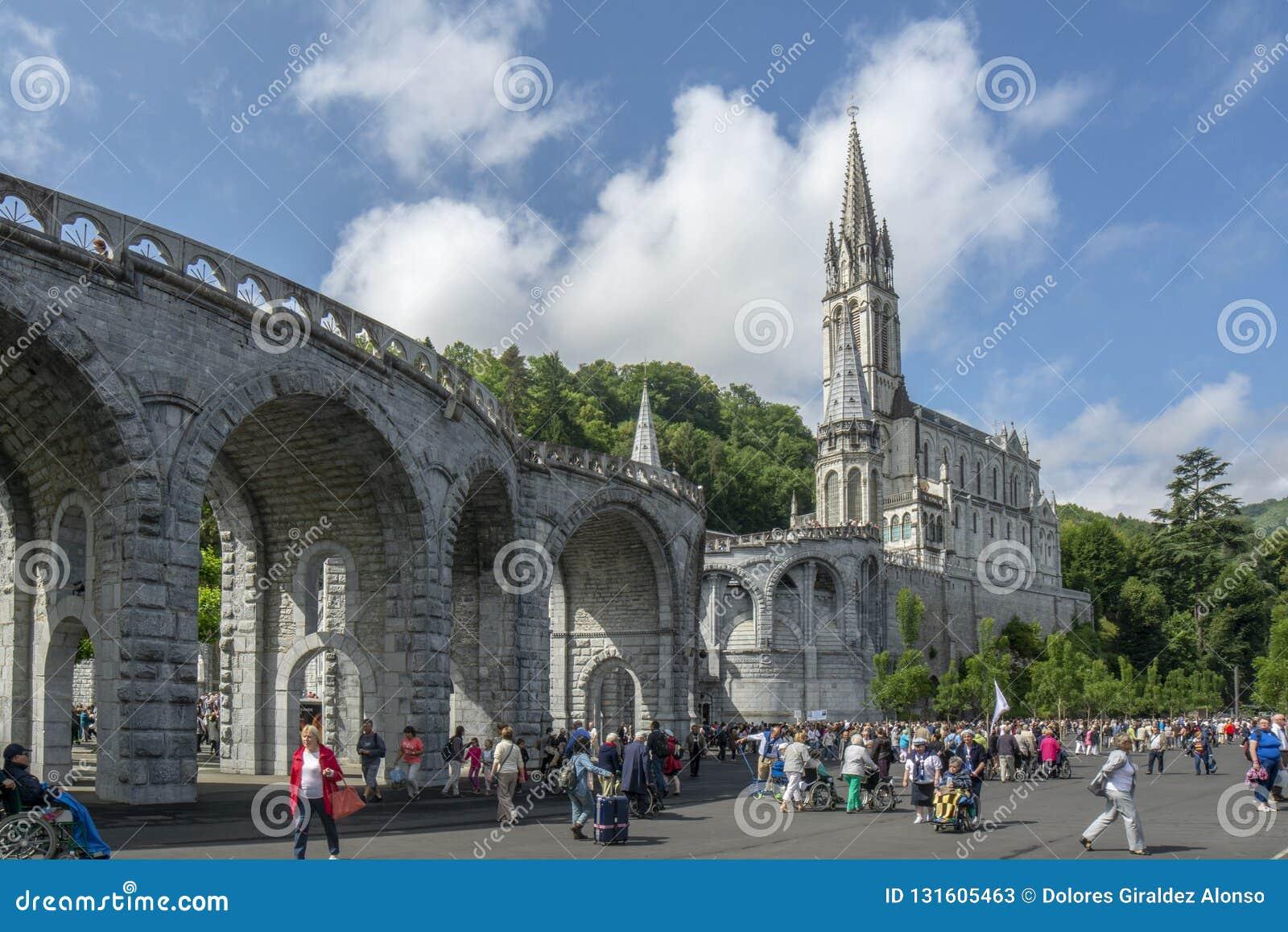 Лурд, midi-Pyrénées, Франция; Июнь 2015: Базилика нашей дамы непорочного зачатия Лурда построена на верхней части