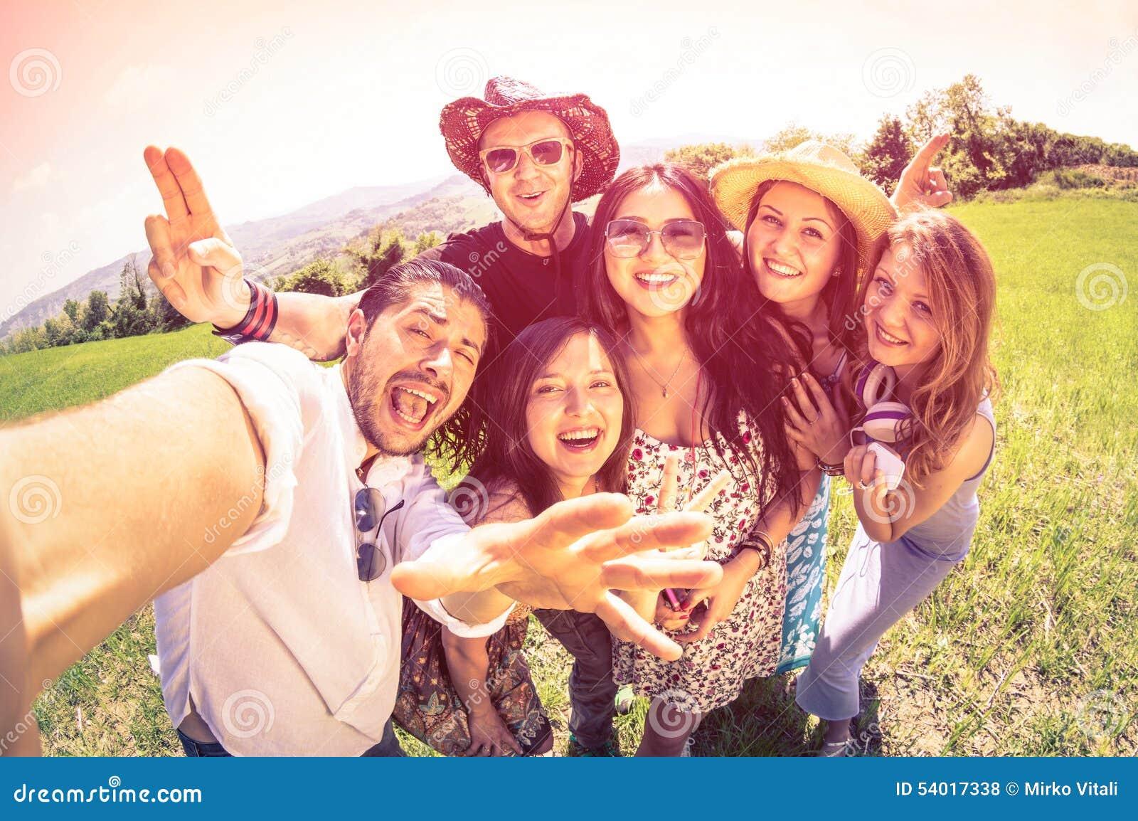 Лучшие други принимая selfie на пикник сельской местности