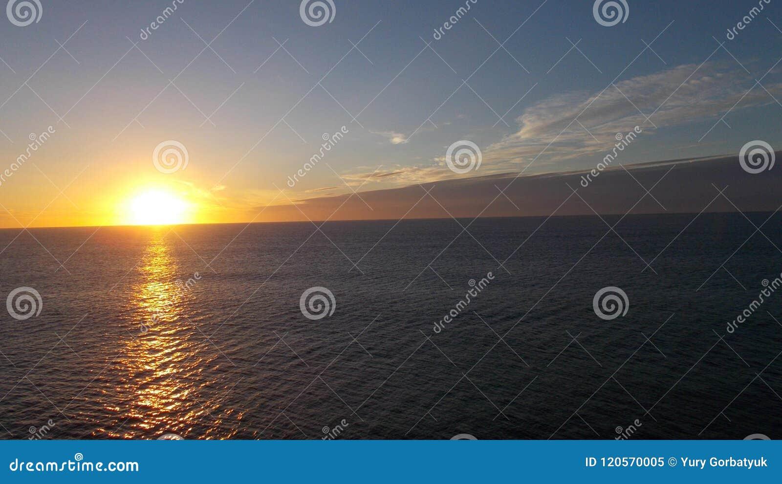 Луч восходящего солнца бежать на воде