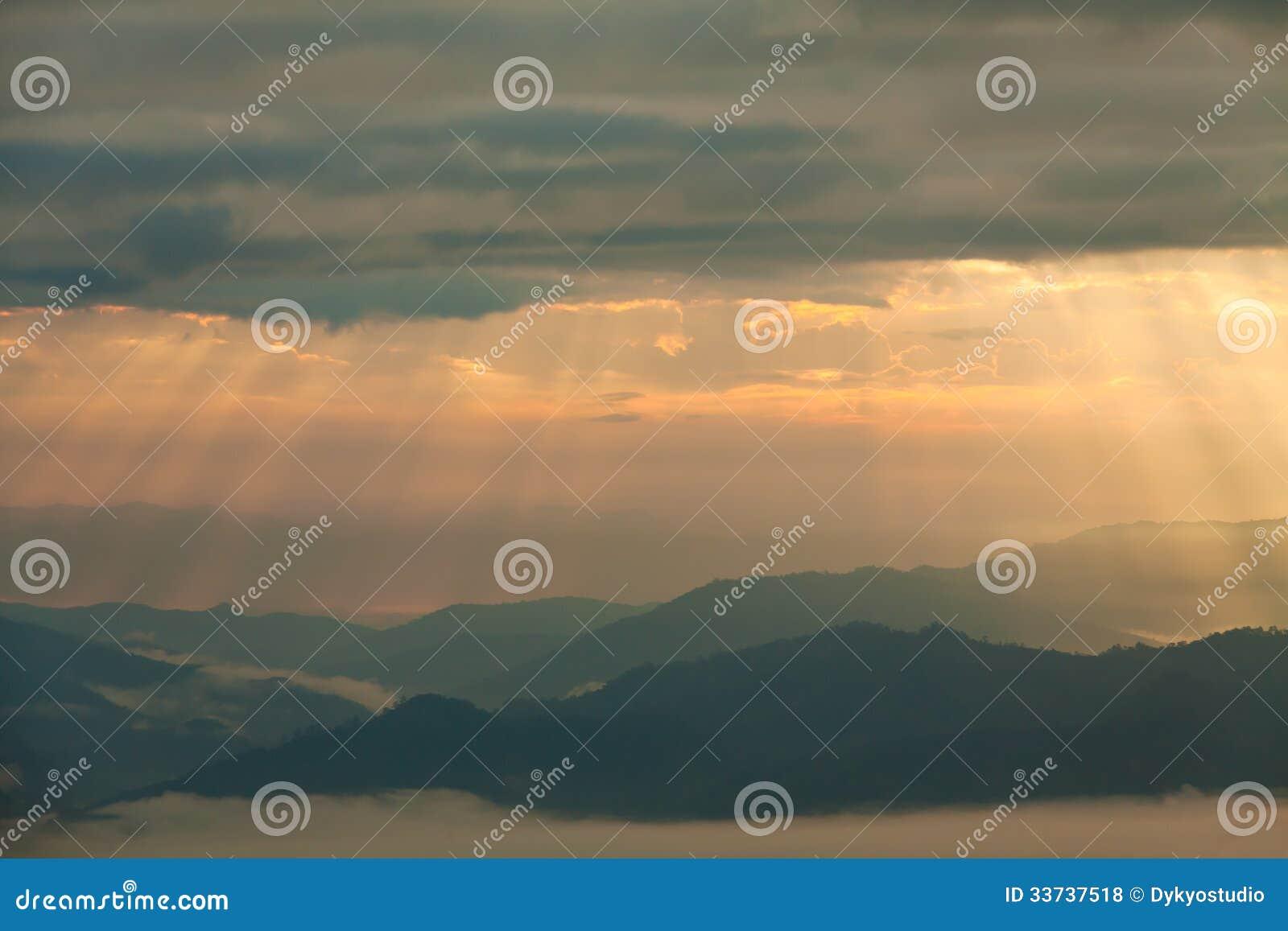 Луч Солнця светя над горами на Pai, Maehongson, Таиланде