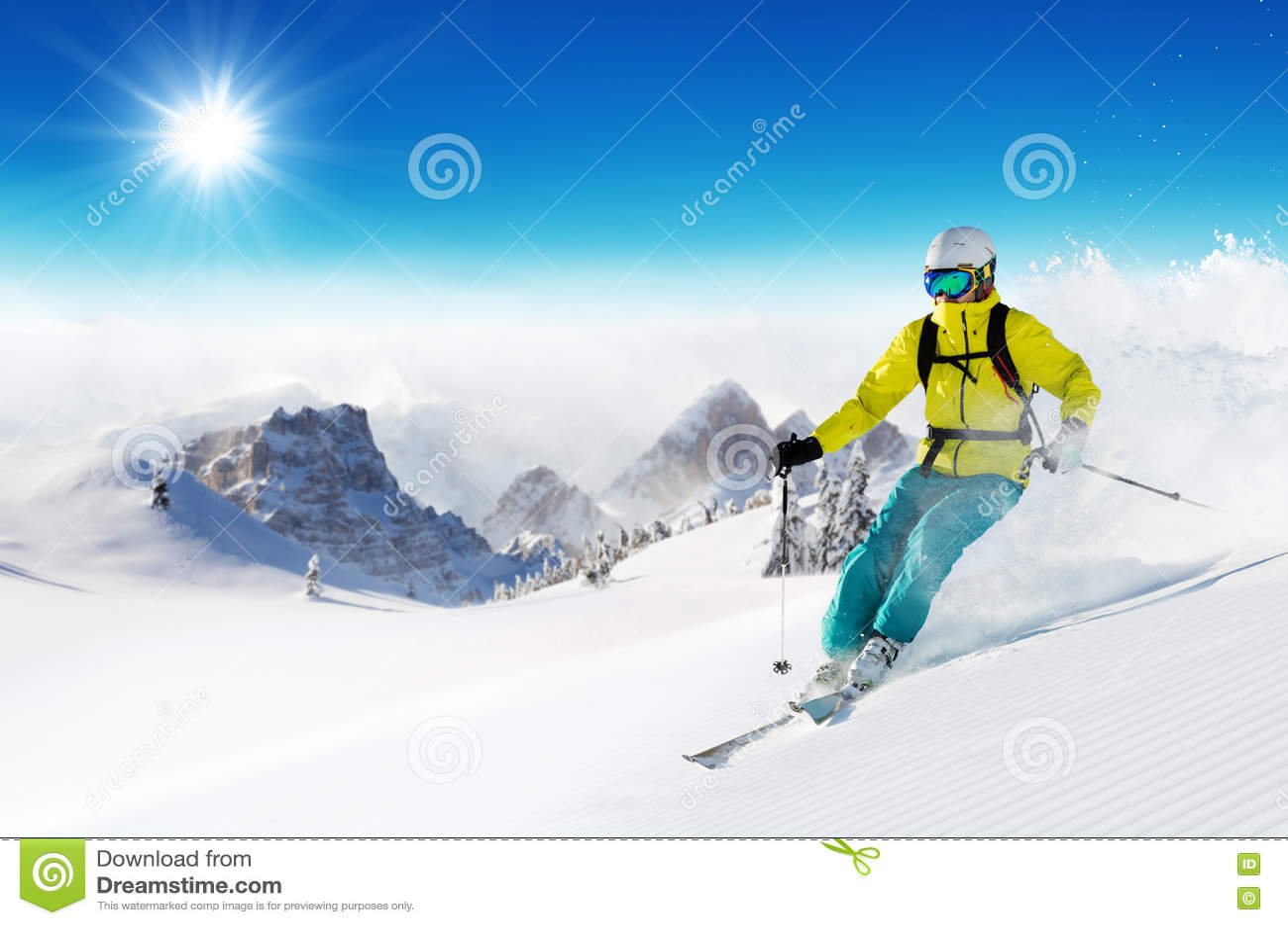 Лыжник на бежать piste покатый