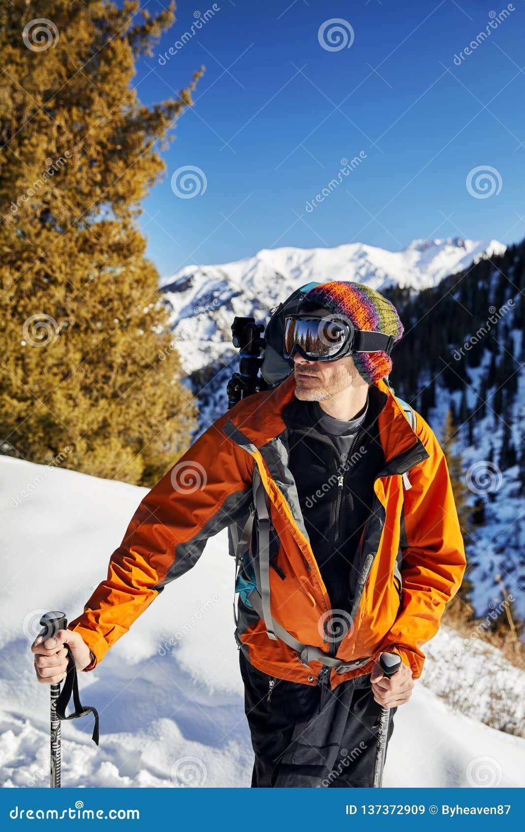 Лыжник с маской в горах
