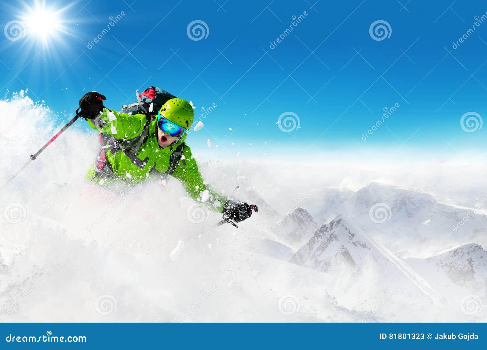 Лыжник Freeride на бежать piste покатый