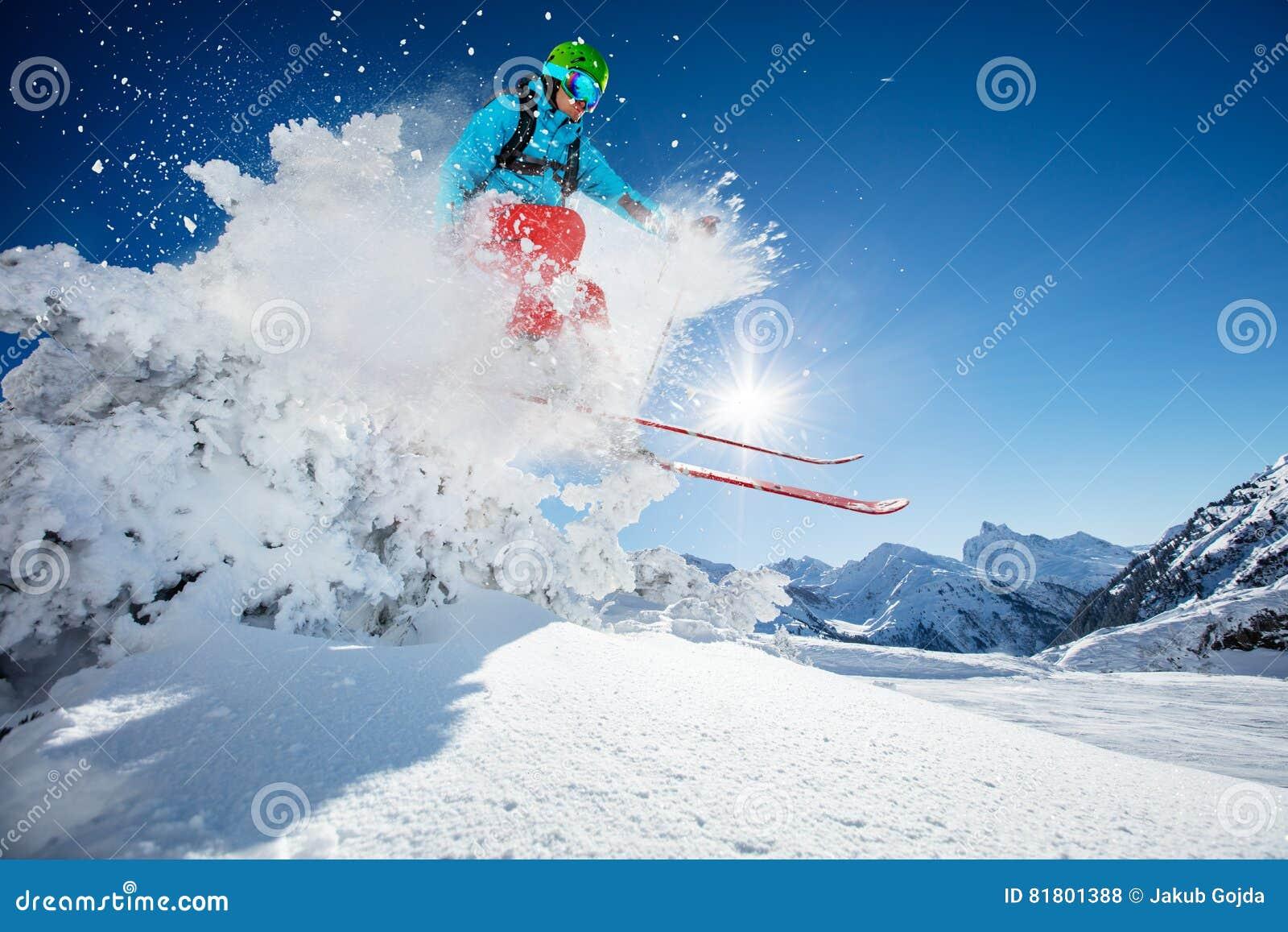 Лыжник Freeride скача от утеса