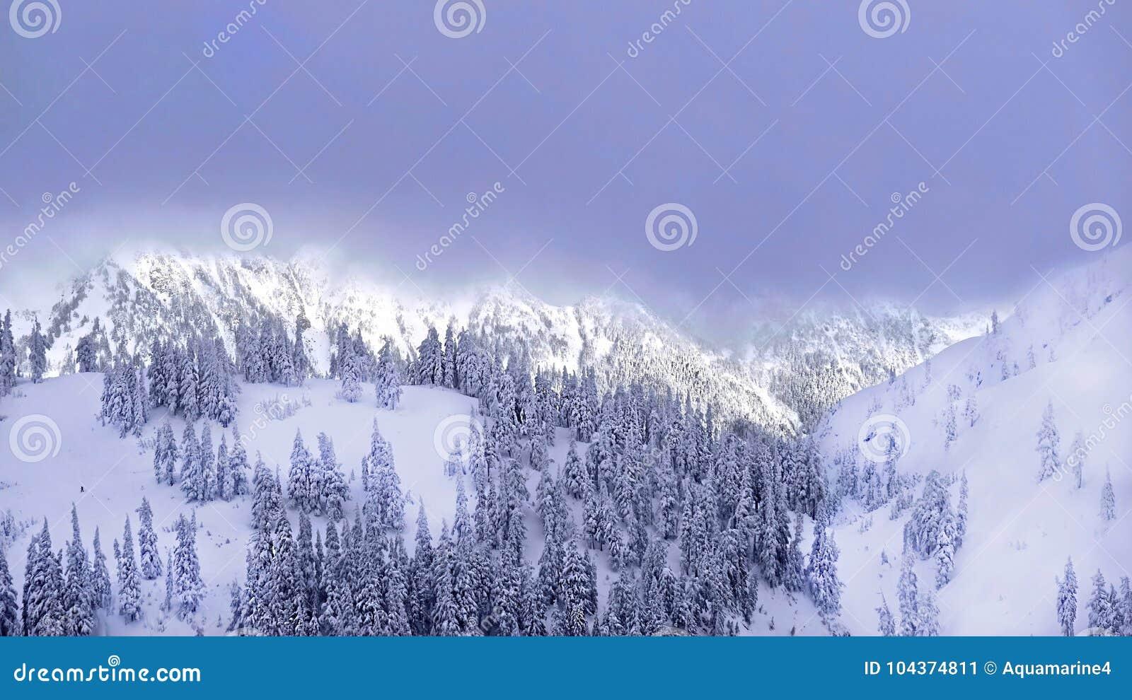 Лыжный курорт после сильного снегопада
