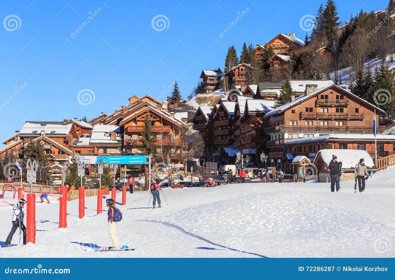 Download Лыжный курорт Meribel, центр деревни Meribel (1450 M) Франция Редакционное Фотография - изображение насчитывающей утес, лыжа: 72286287