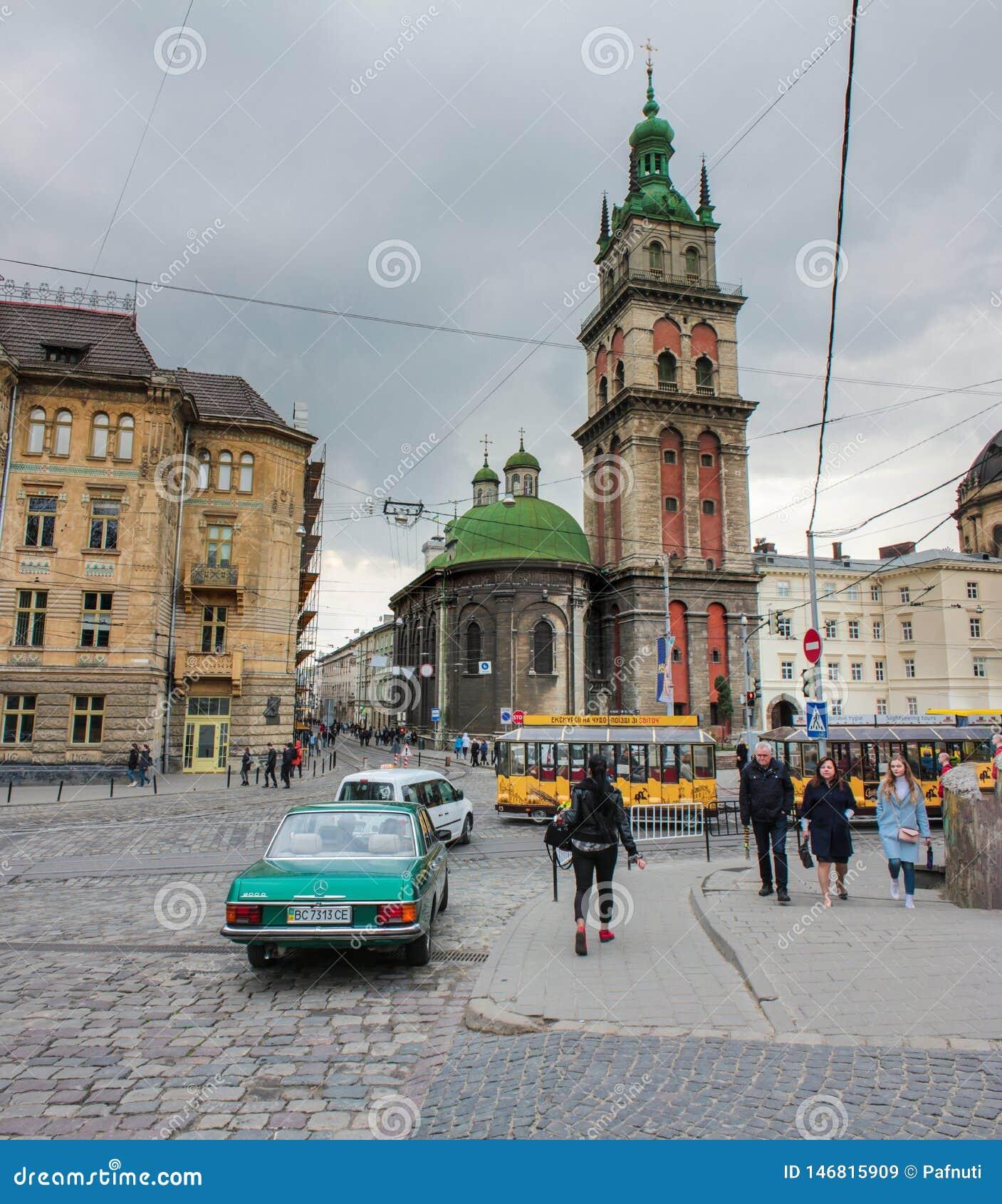 Львов, Украина - 19-ое апреля 2019: Предположение благословленной башни церков девой марии Korniakt Львов - чудесное архитектурно