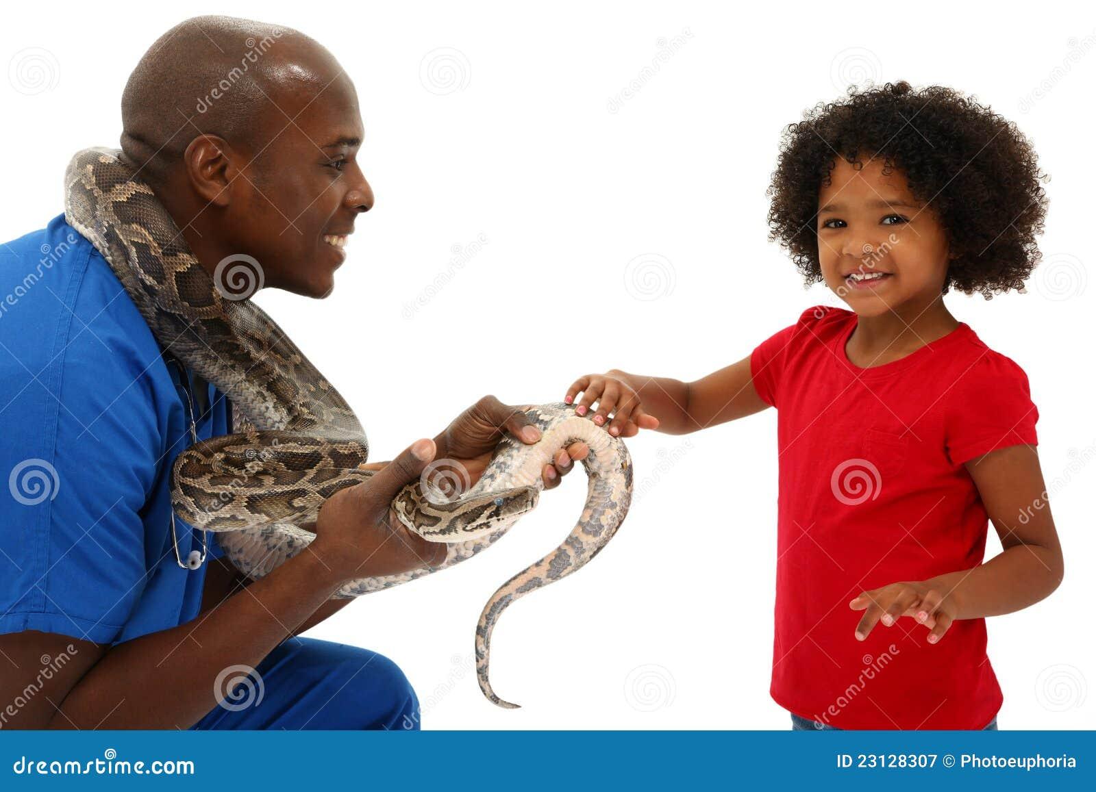 Любимчик предпринимателя змейки ветеринара и ребенка дошкольного возраста помогая