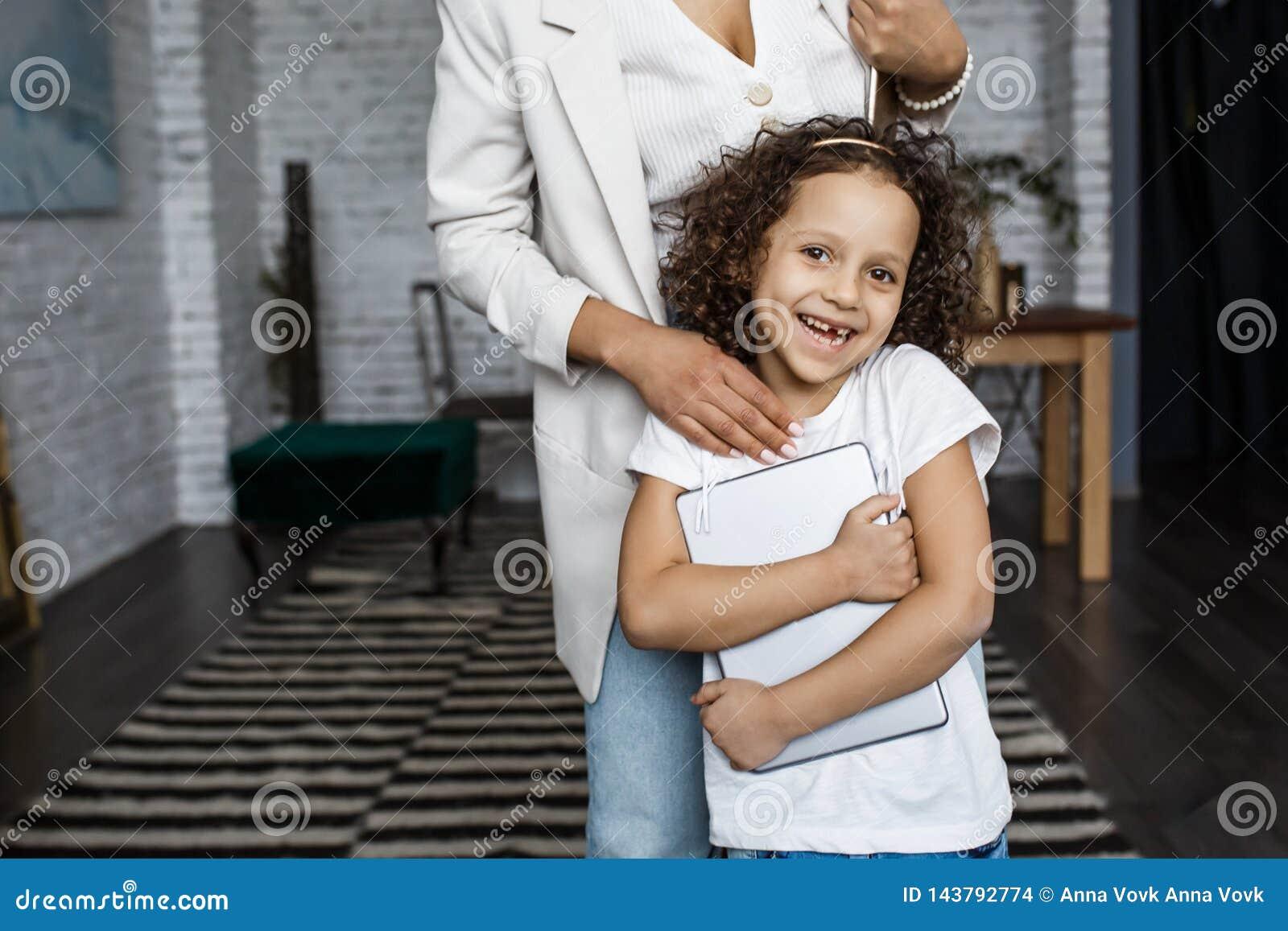 любить семьи счастливый Молодая мать и ее девушка дочери играют в комнате детей Смешная мама и симпатичный ребенок имеют потеху с