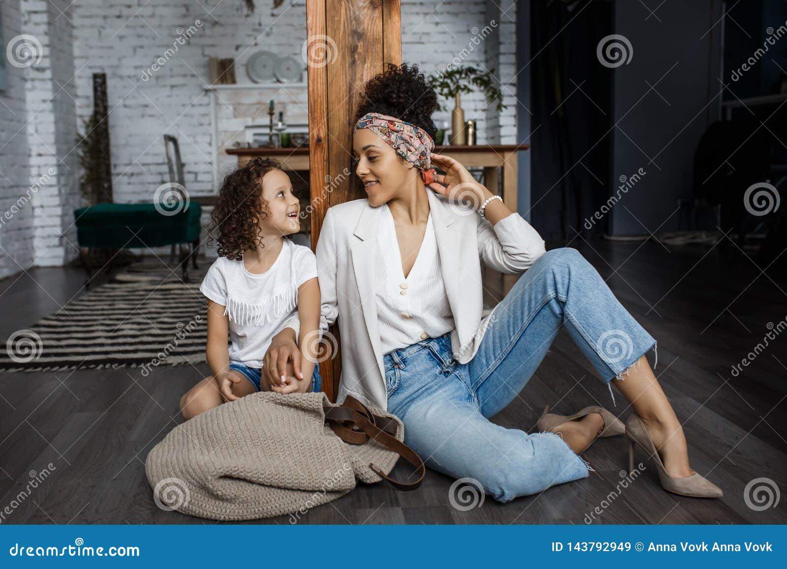 любить семьи счастливый Молодая мать и ее девушка дочери играют в комнате детей Смешная мама и прекрасный ребенок
