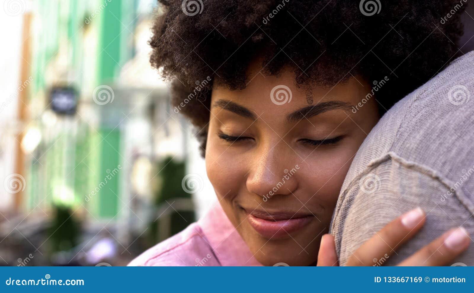 Любовники обнимая снаружи, нежные отношения, романтичную дату, сомкнутость и доверие