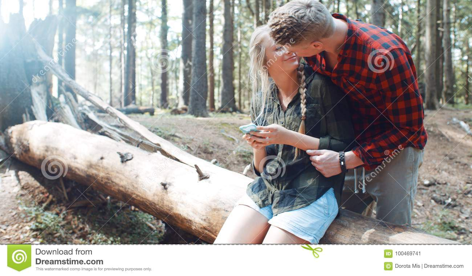 дама на отдыхе в лесу с молодым человеком отец, уже