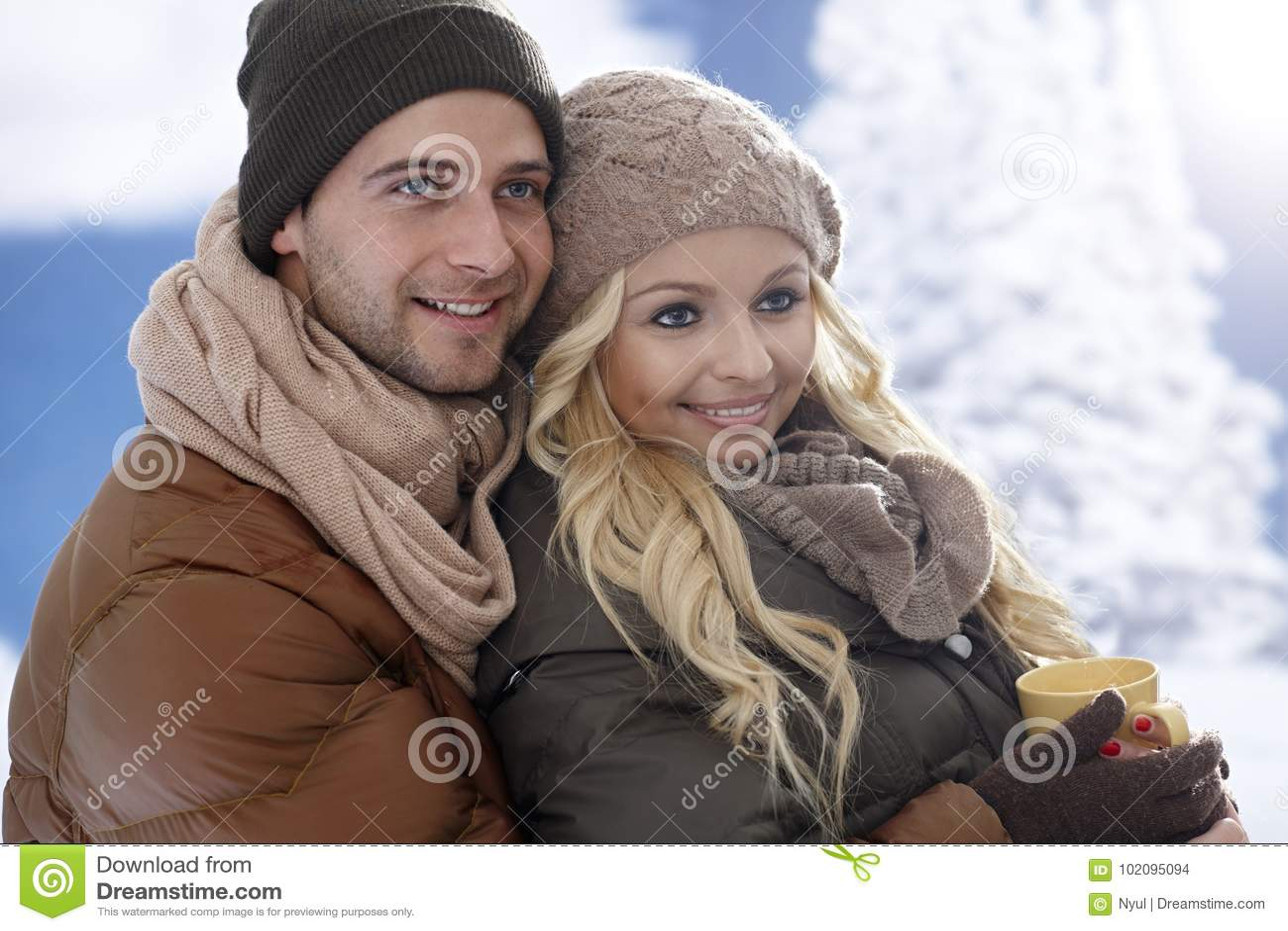 Любящие пары обнимая на wintertime