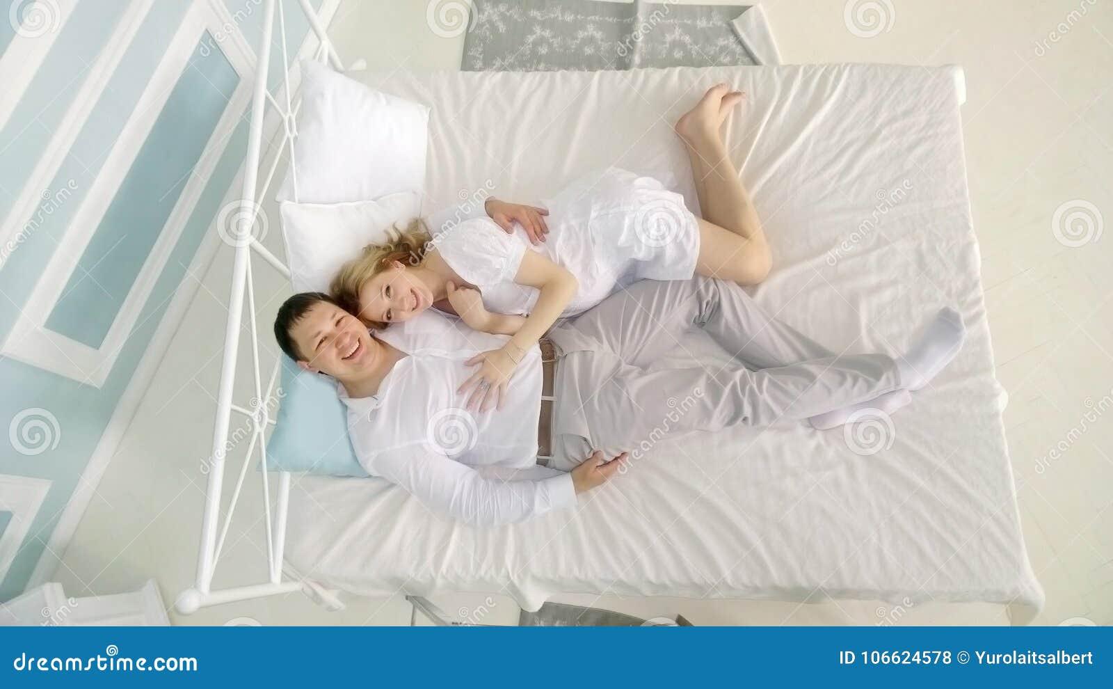 видео в спальне с женой красивые руки прекрасны