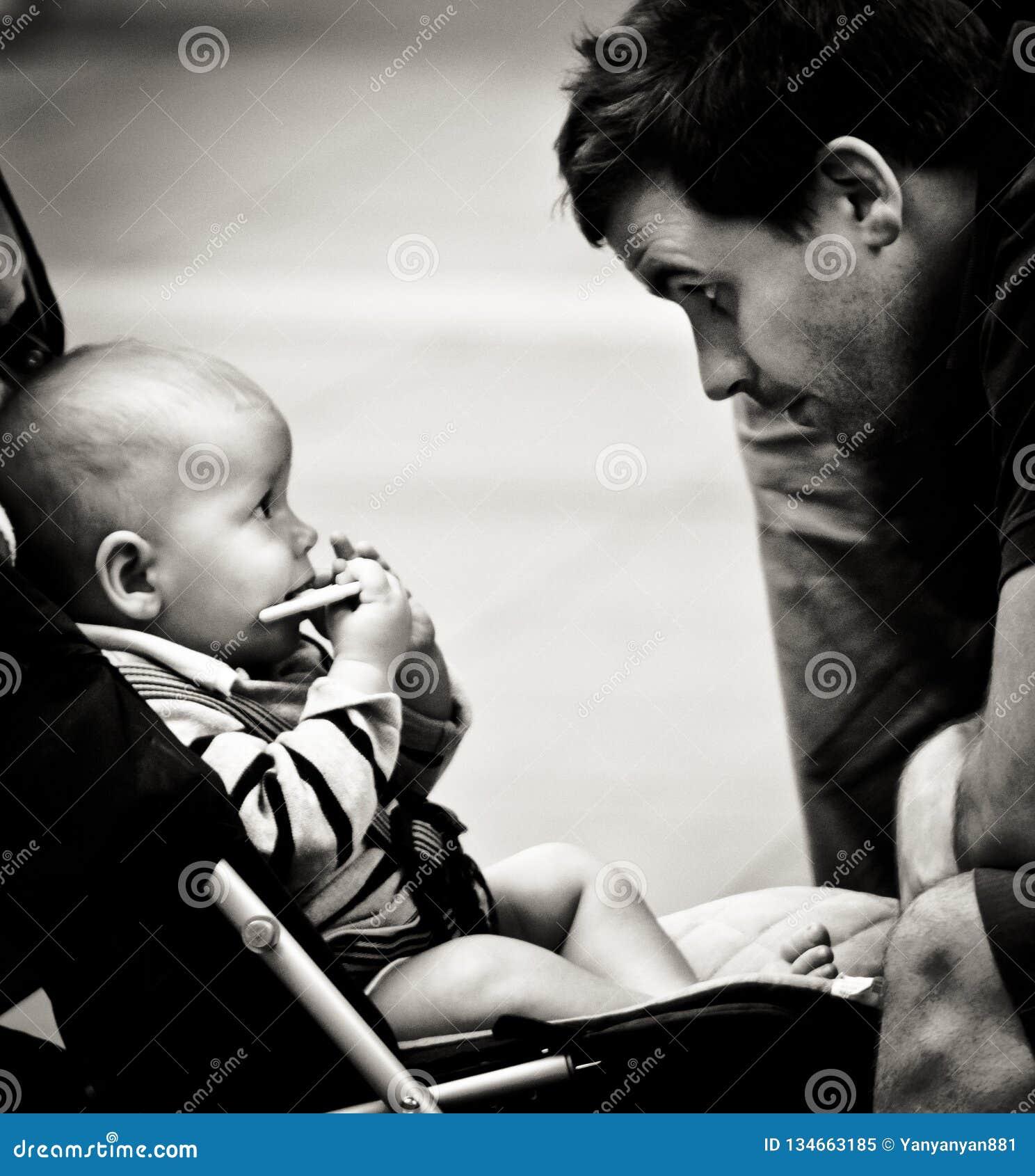 Любя изображение взглядов младенца в глаз его отца