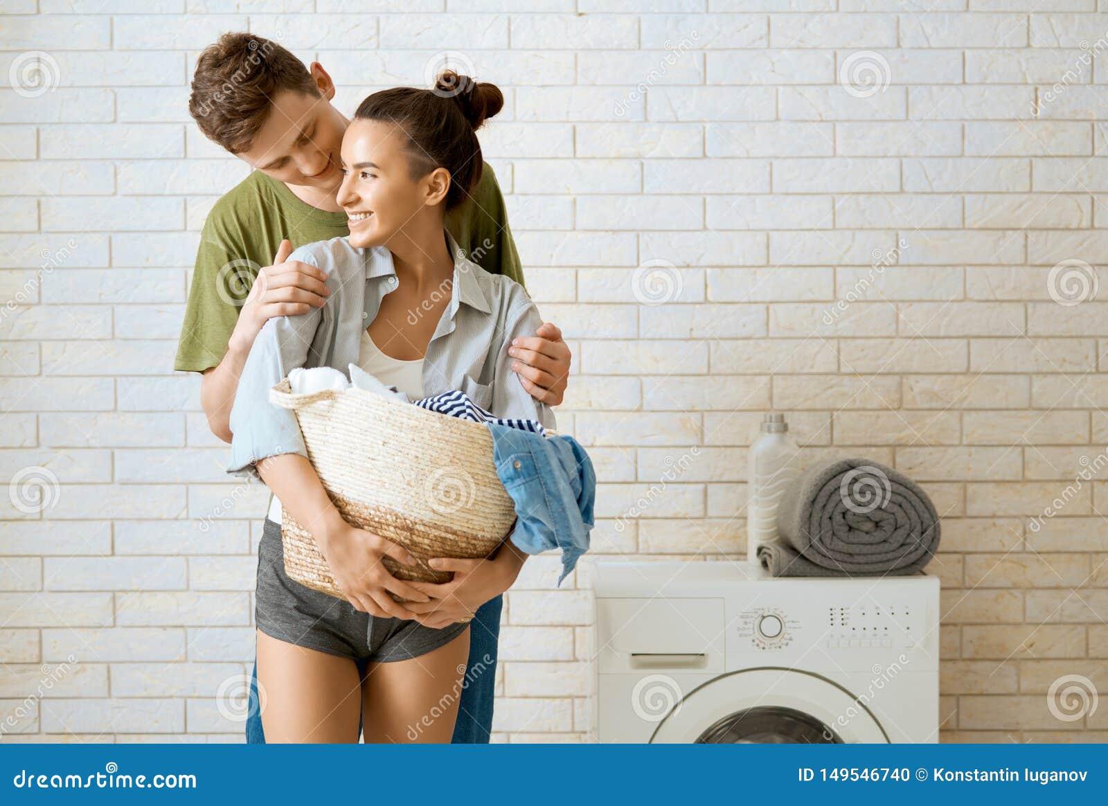 Любя пара делает прачечную