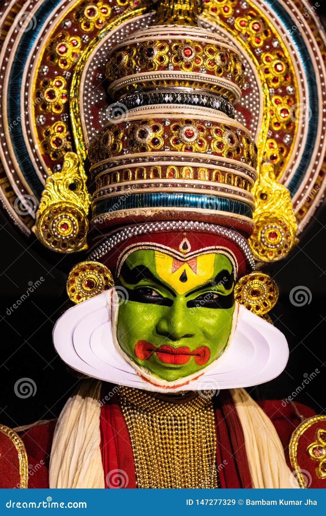 Людей танца Kathakali Кералы выражение лица классических в традиционном костюме