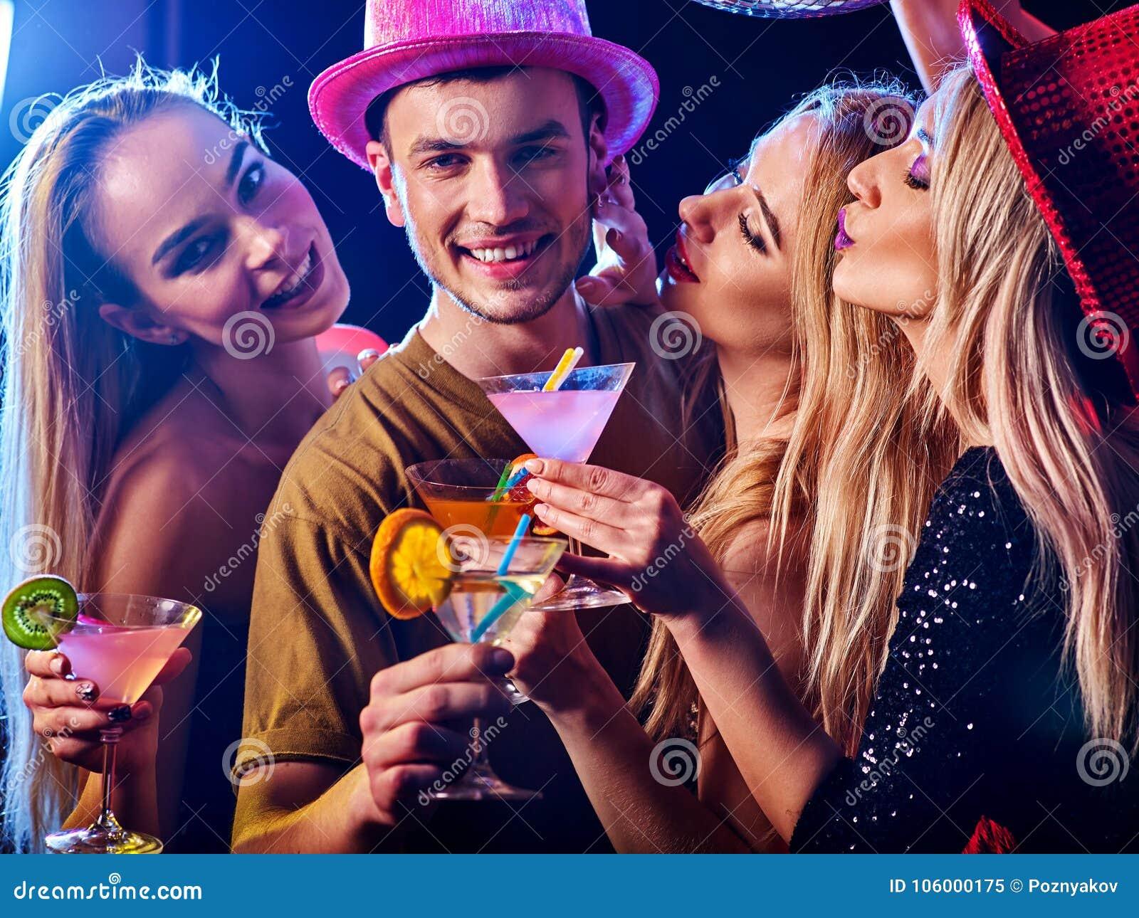 Танцует в клубе мужчина что сегодня в клубах в москве