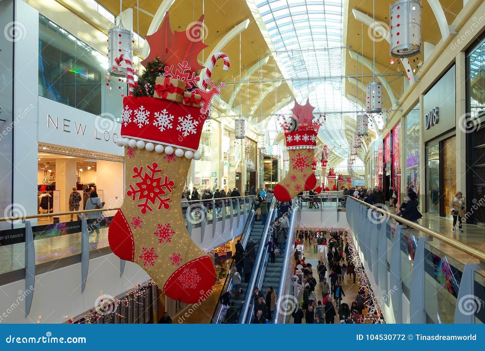 Люди делая их покупки рождества в St David's центризуют Cardi