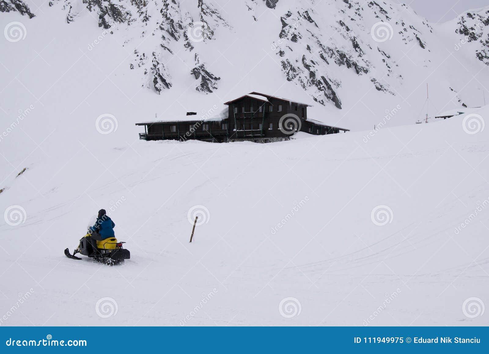 Люди ехать снегоход