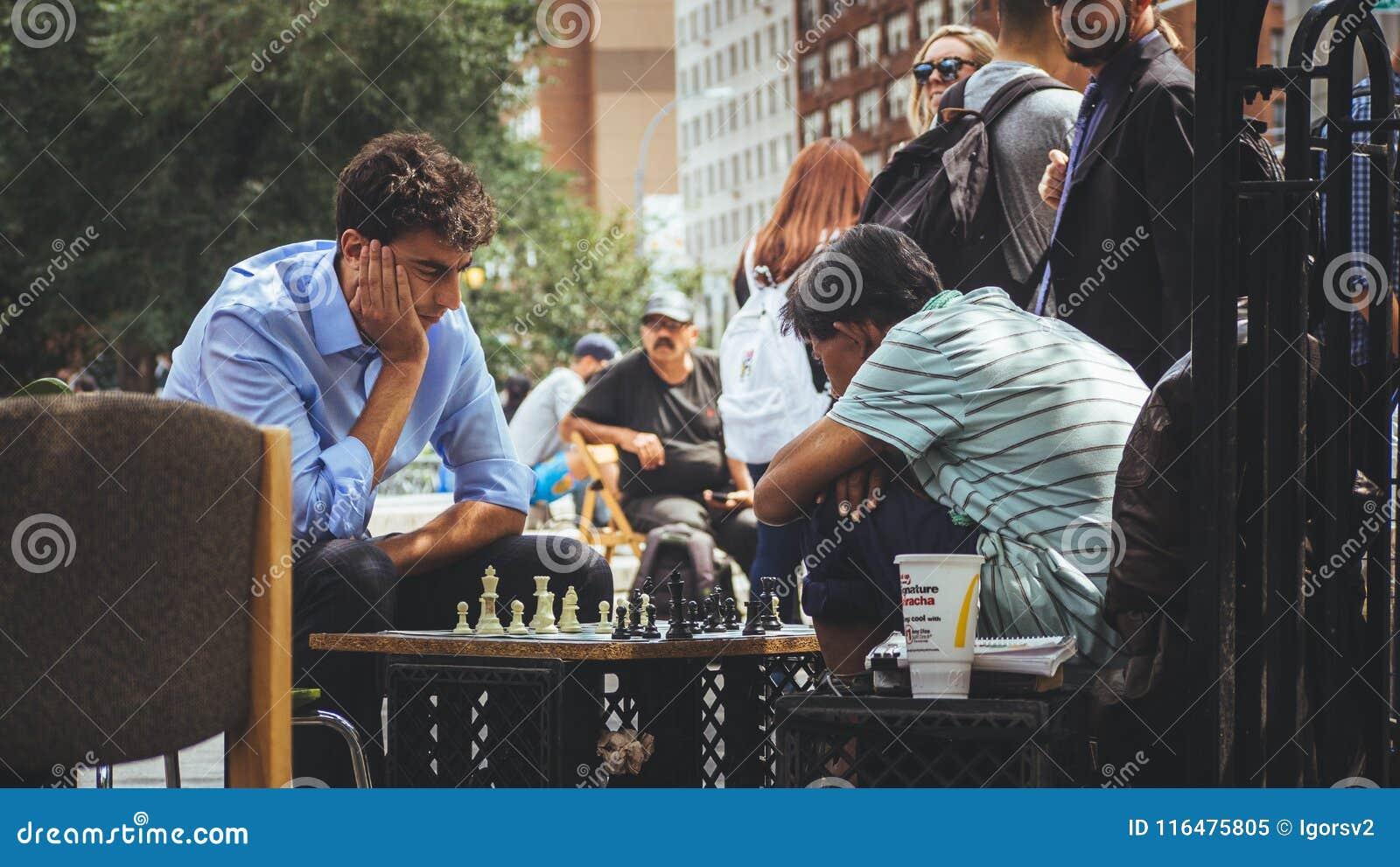 Люди играя шахмат на парке