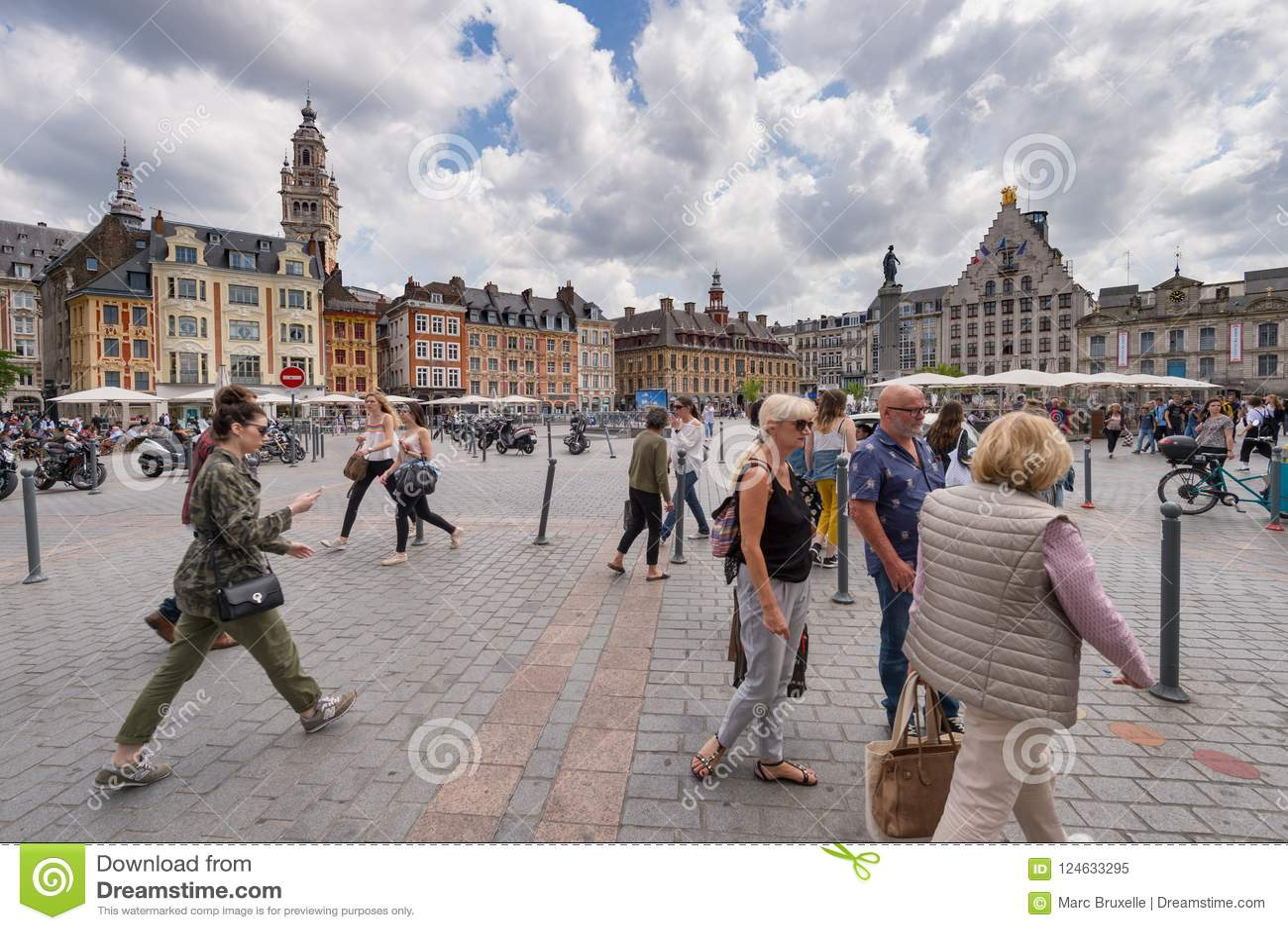 Люди идя в грандиозное место в Лилле, Франции