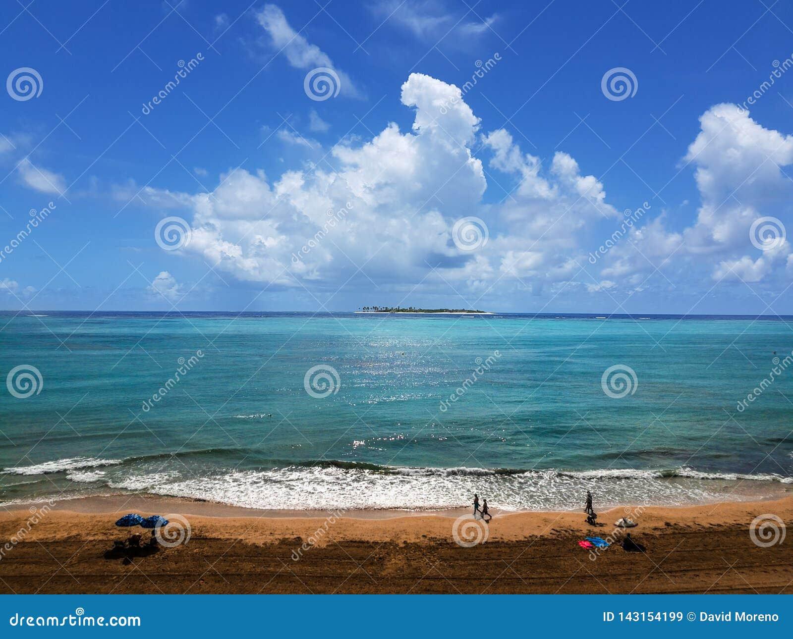 Люди имея полезного время работы на пляже на лете Отдых и свободное время