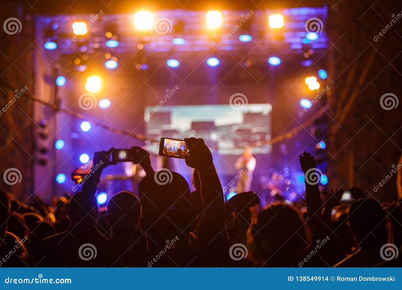Люди на видео или фото стрельбы концерта