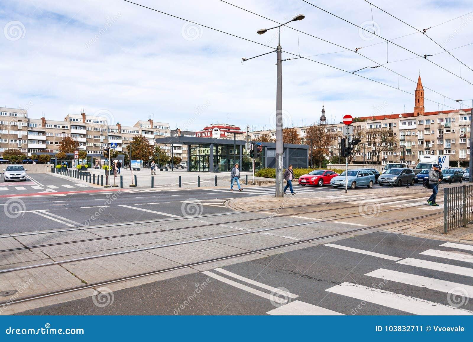 Люди на Plac Nowy Targ придают квадратную форму в городе Wroclaw