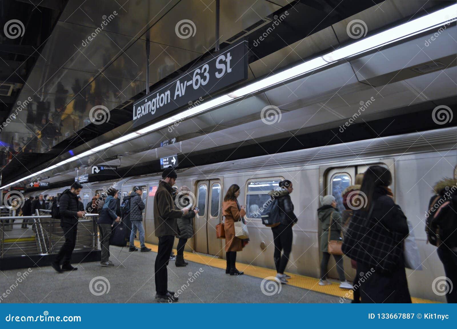 Люди Нью-Йорка коммутируют для работы часа пик вокзала вагона метро