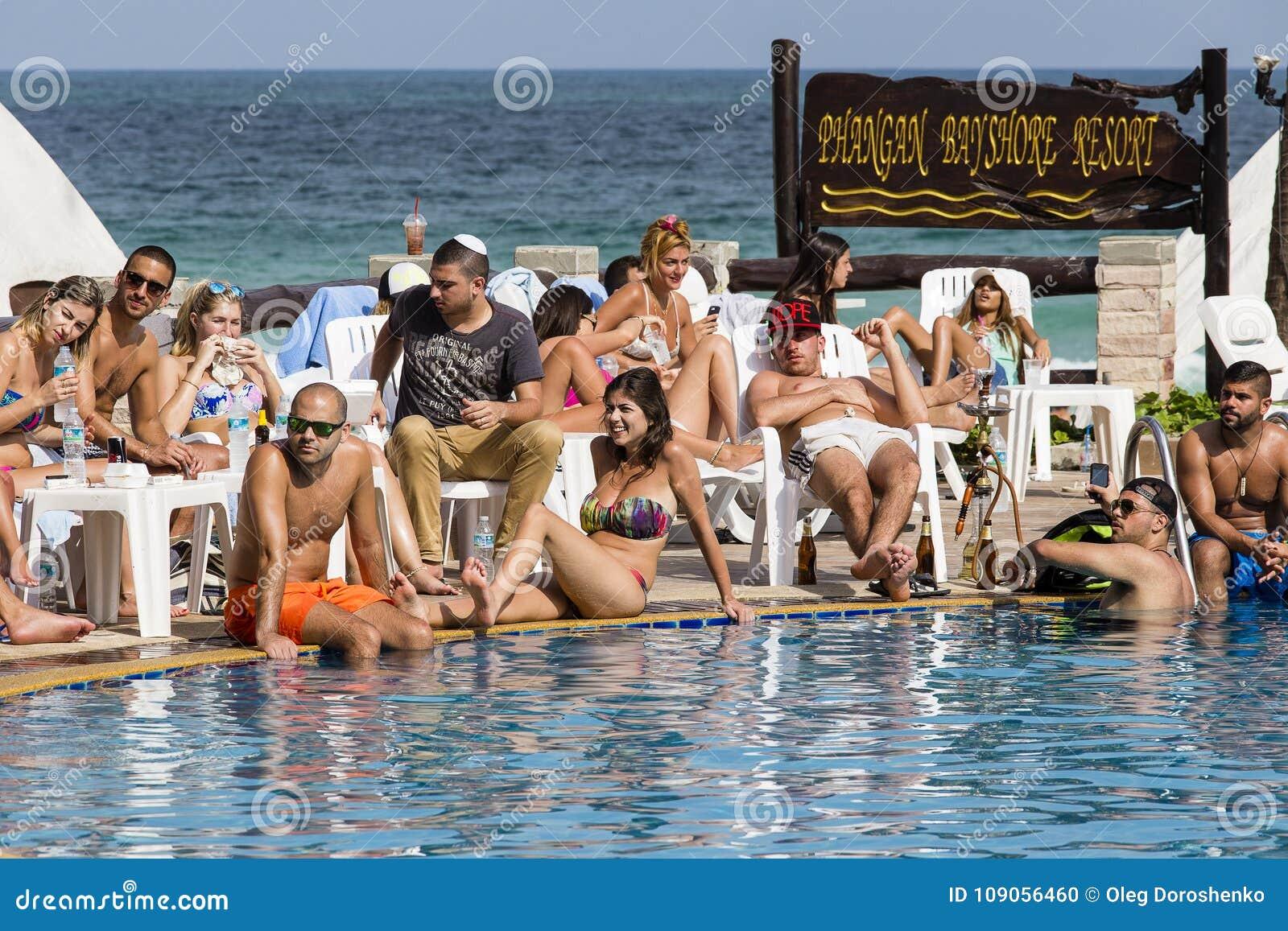 Люди отдыхают на острове Koh Phangan в Таиланде
