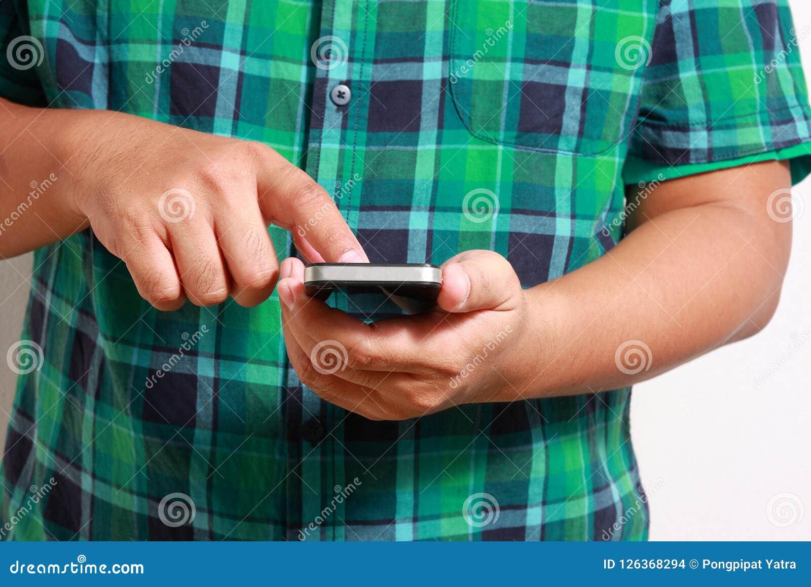 Люди отжимая контактный телефон