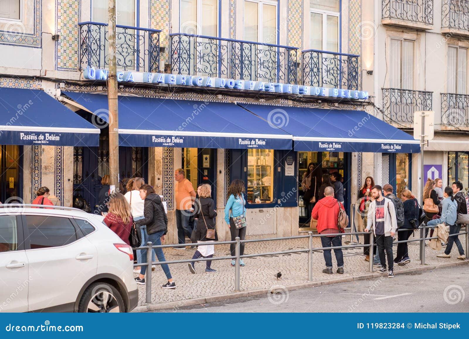 Люди перед хлебопекарней Pasteis de Belem в Лиссабоне