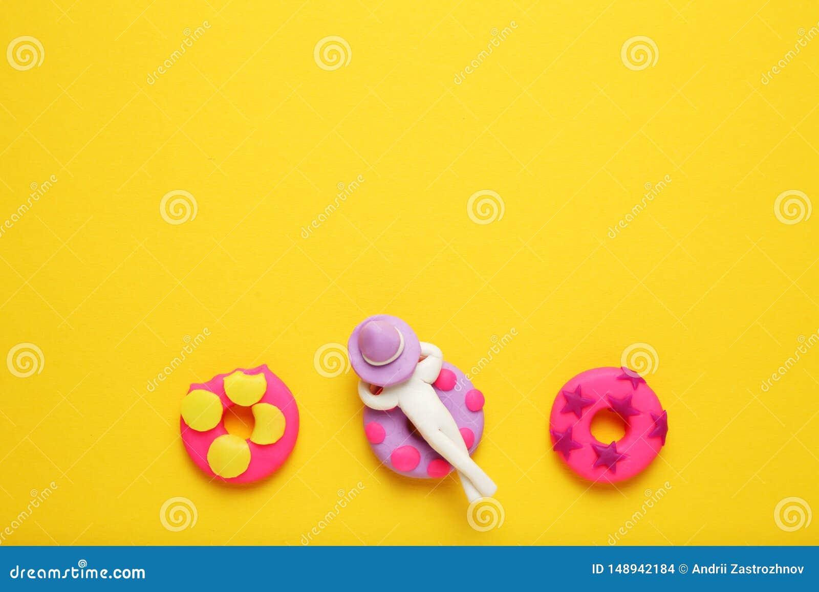 Люди пластилина ослабляя на раздувном lilo донута в бассейне Ослаблять и праздники лета мультфильма