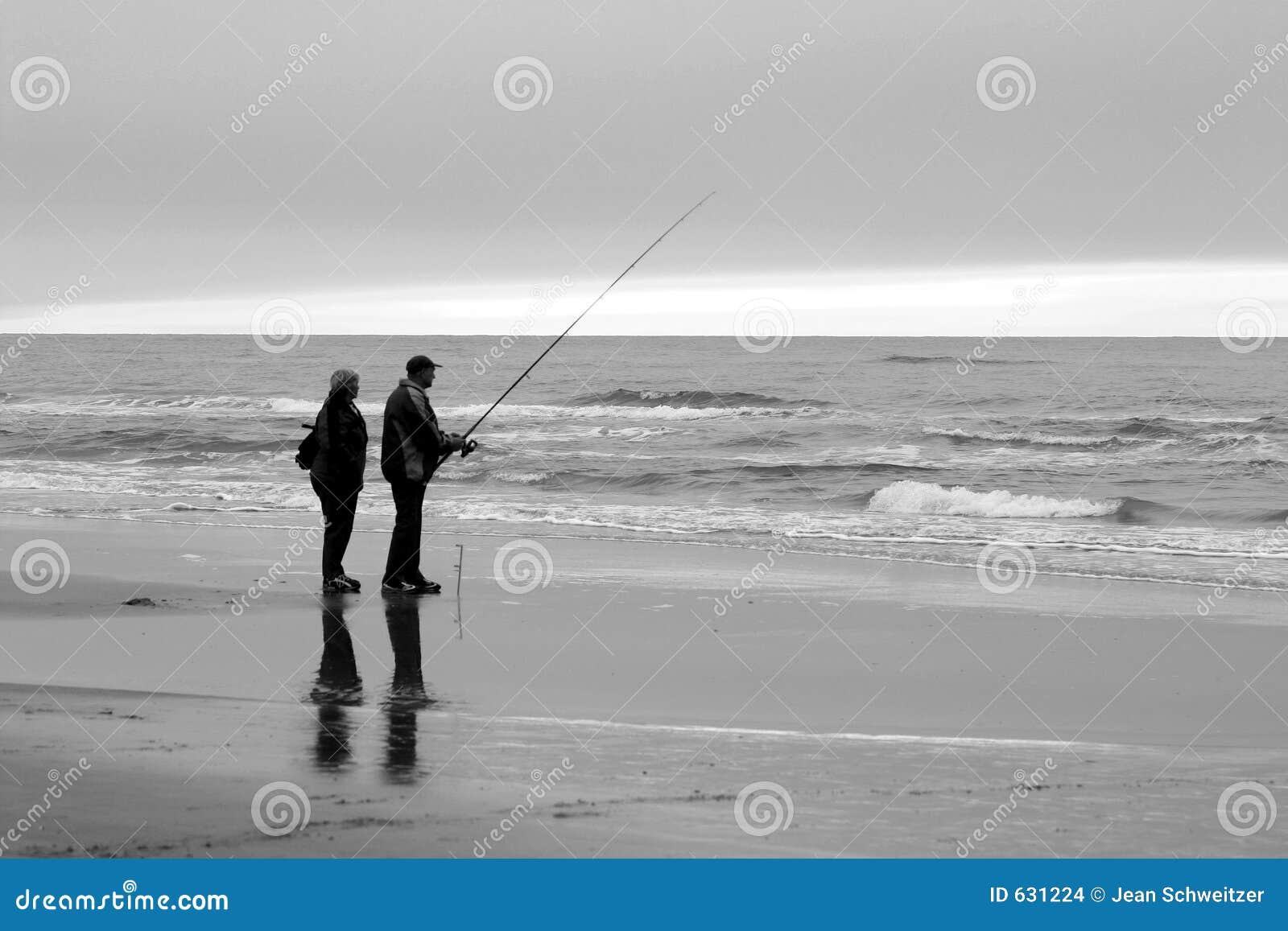 Download люди рыболовства пляжа стоковое фото. изображение насчитывающей низко - 631224