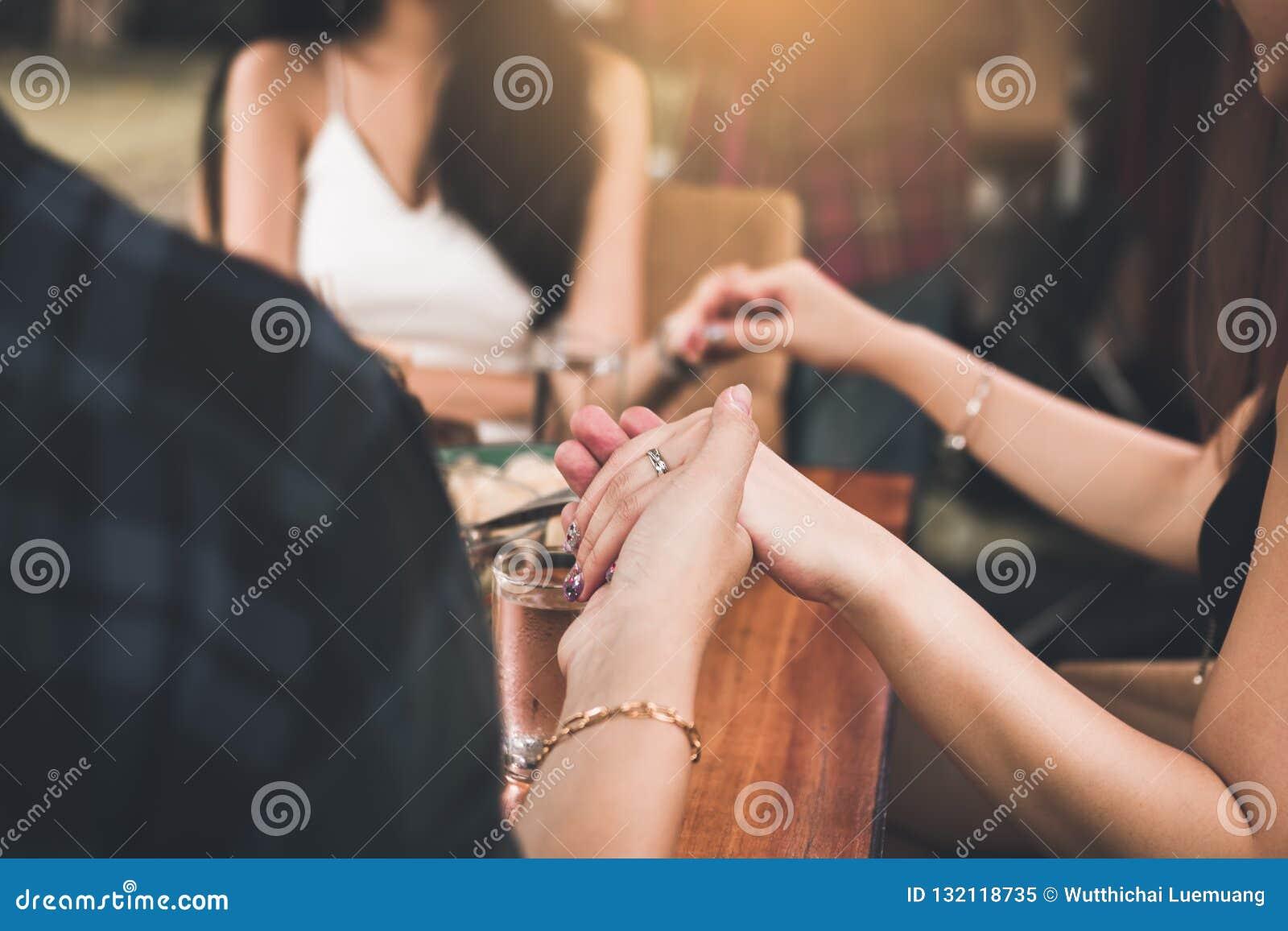 Люди семьи моля перед обедающим благодарения дома