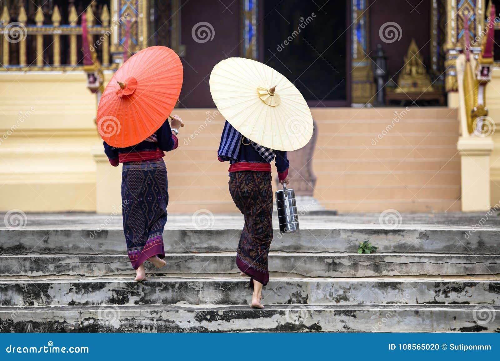 Люди Таиланда буддийские идут к культуре виска азиата