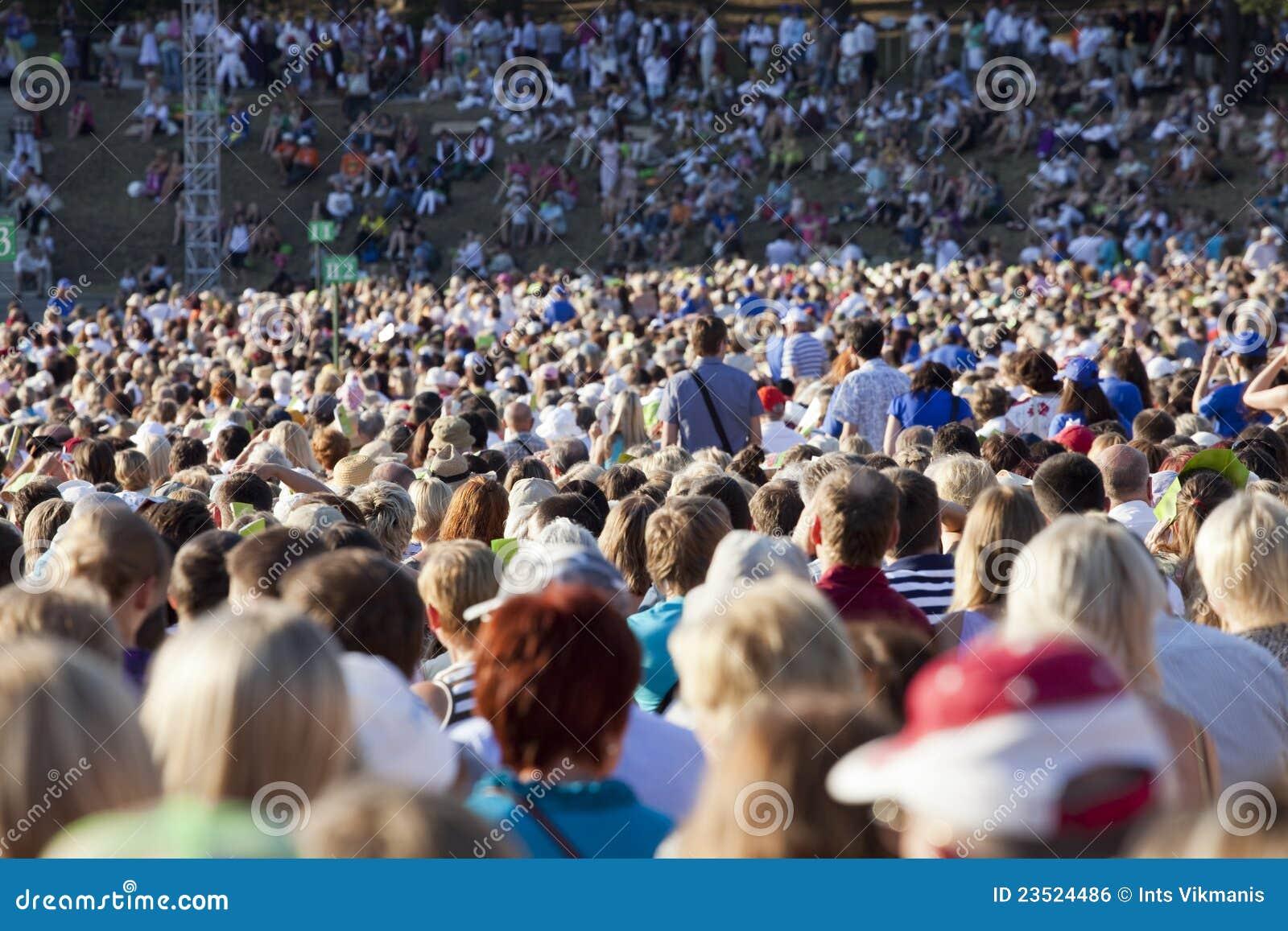 люди толпы большие