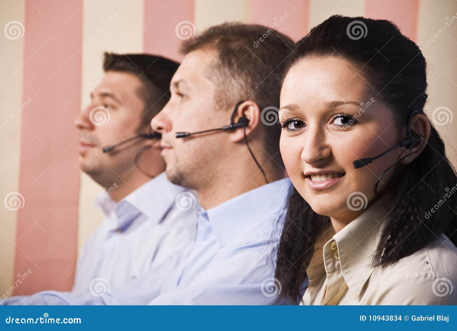 люди шлемофона центра телефонного обслуживания