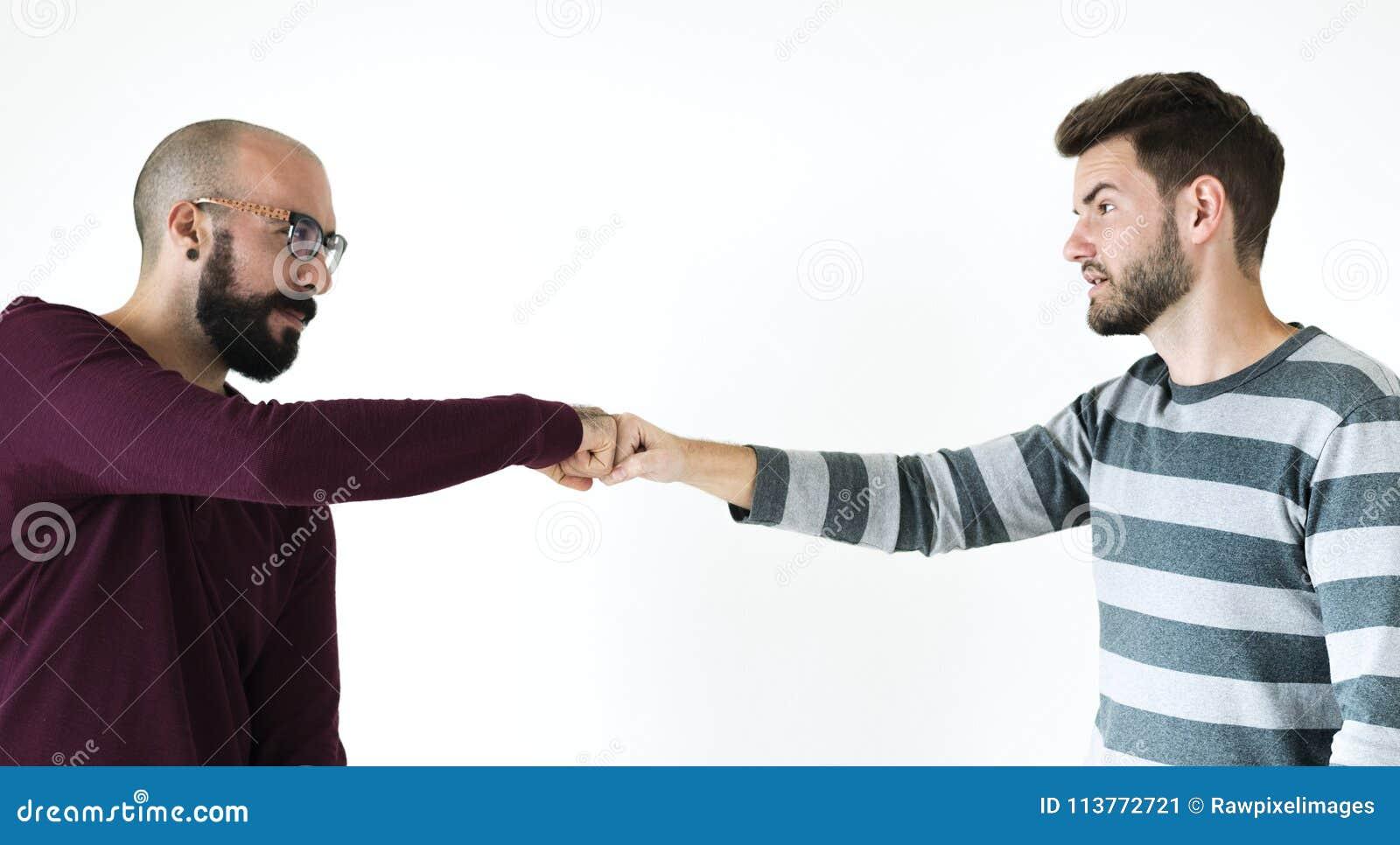 Люди bumping их кулаки совместно