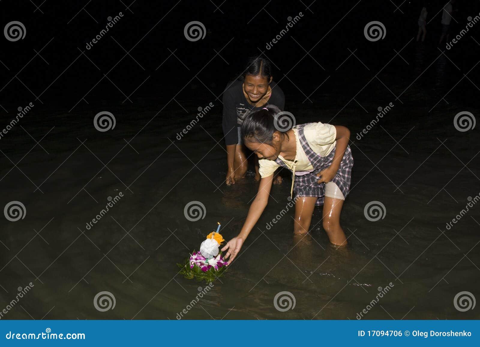 люди krathong поплавка сплавляют малую тайскую воду