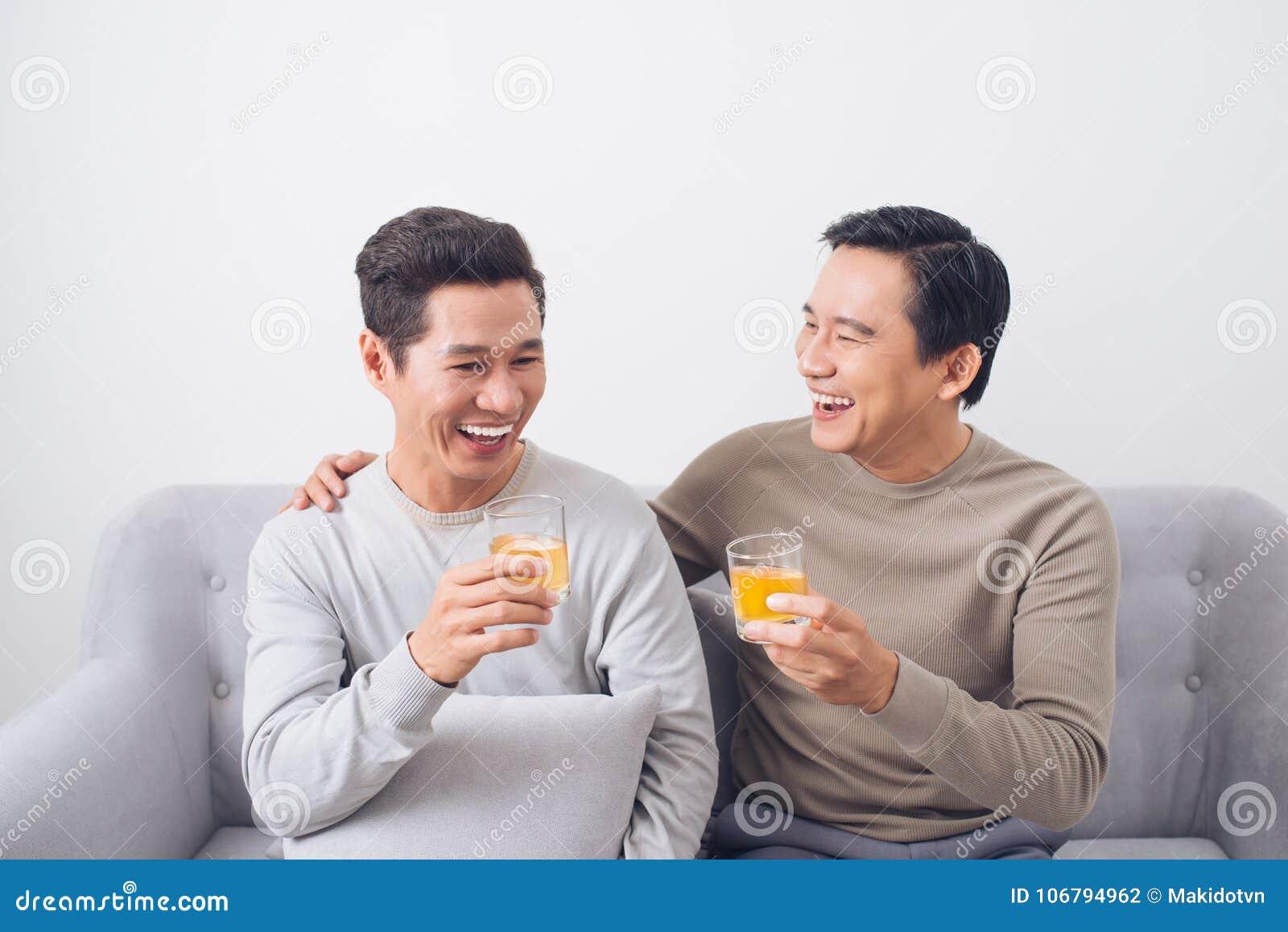 2 люд clink стекла вискиа дома, на кресле