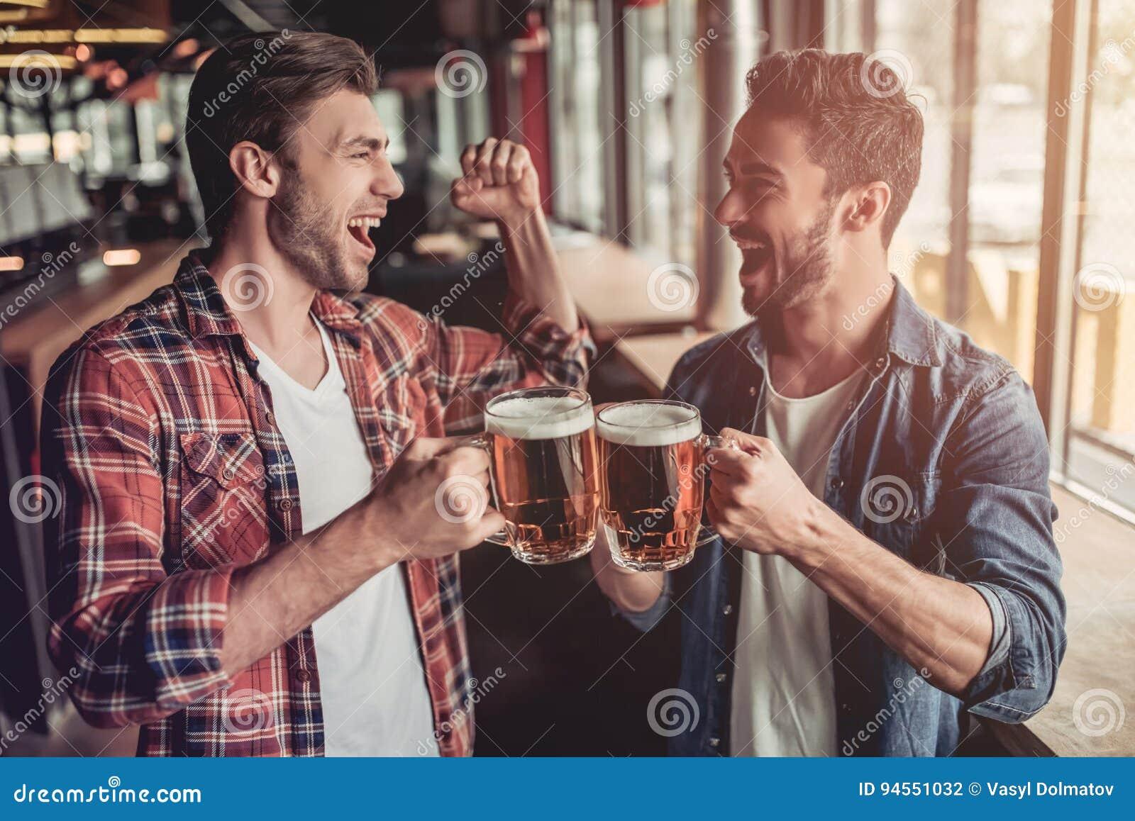 Люди в баре