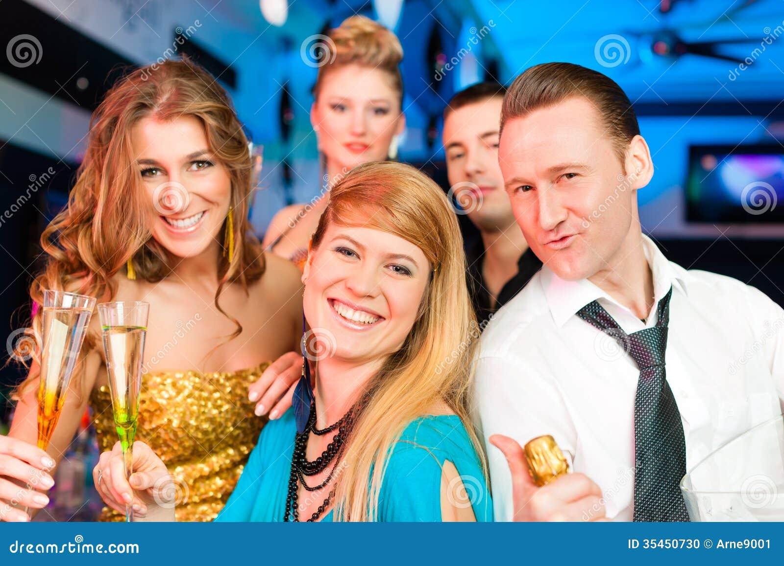 Люди в клубе или шампанском бара выпивая