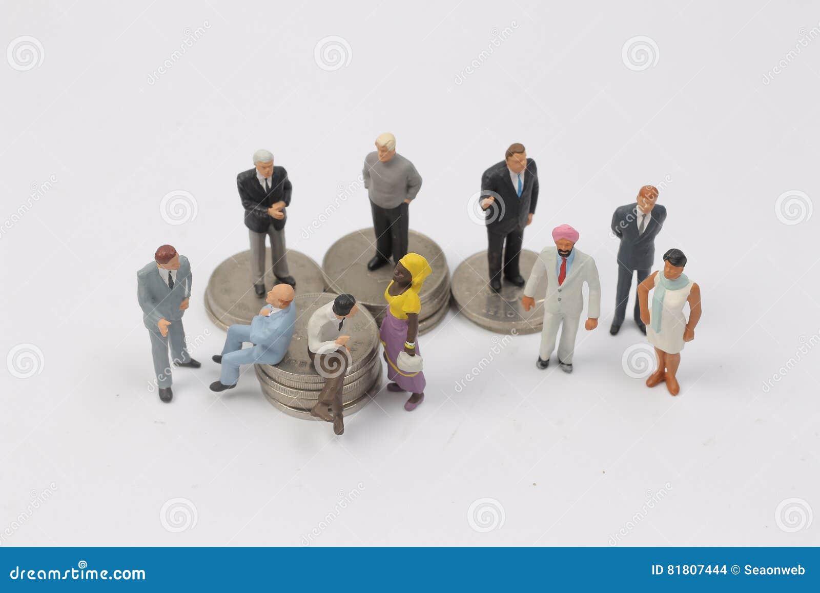 Люди группы миниатюрные на монетках