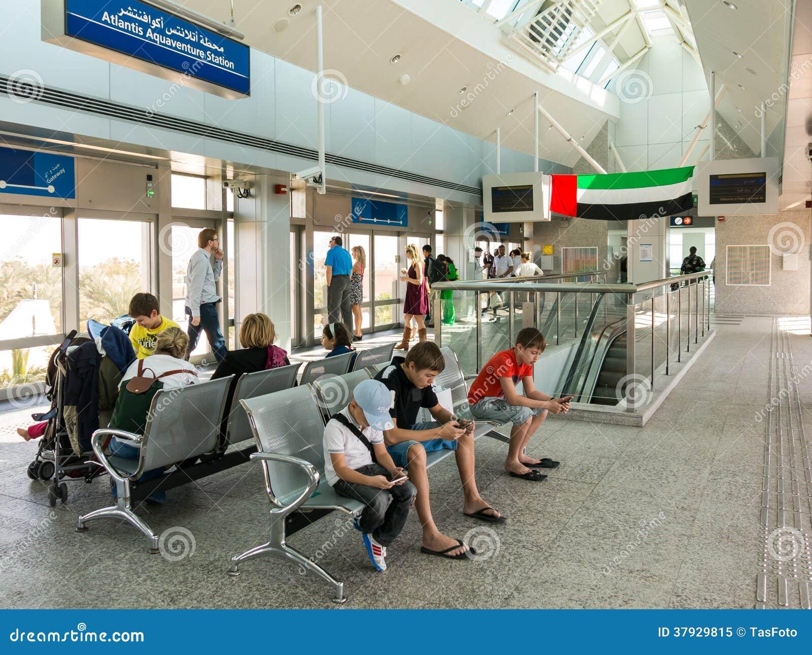 Люди ждать на станции монорельса ладони в Дубай